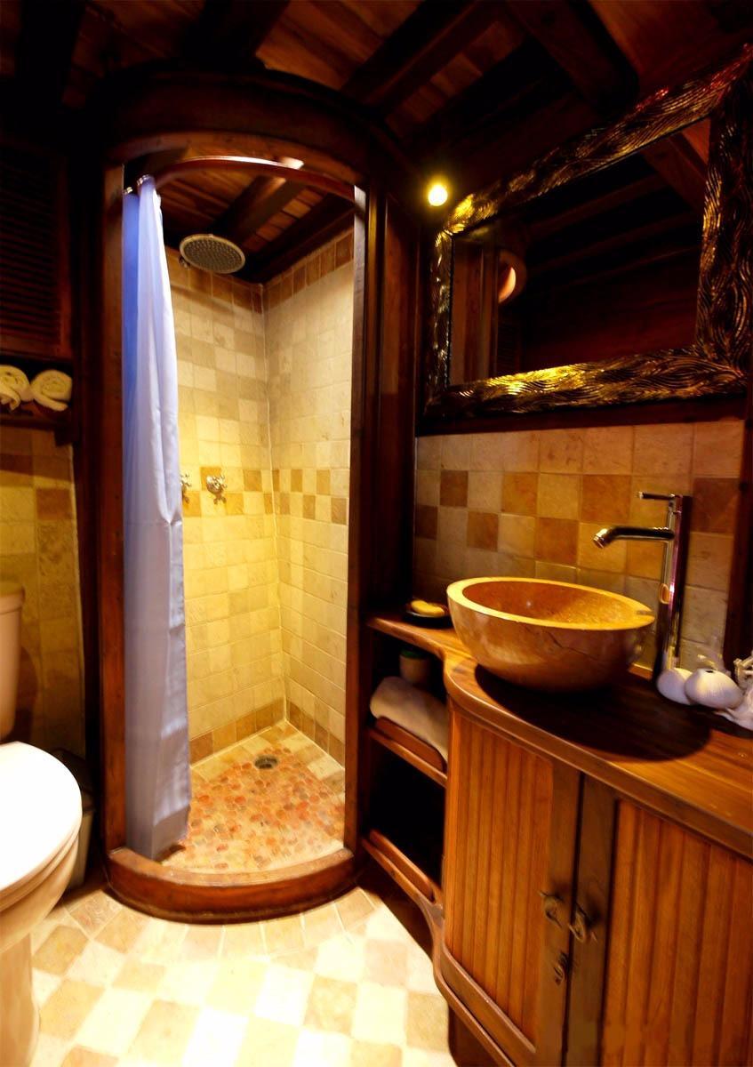 Rear Cabin En-suite