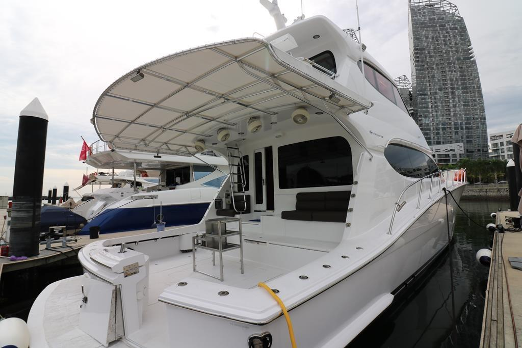Rear view of 2014 Hatteras 77