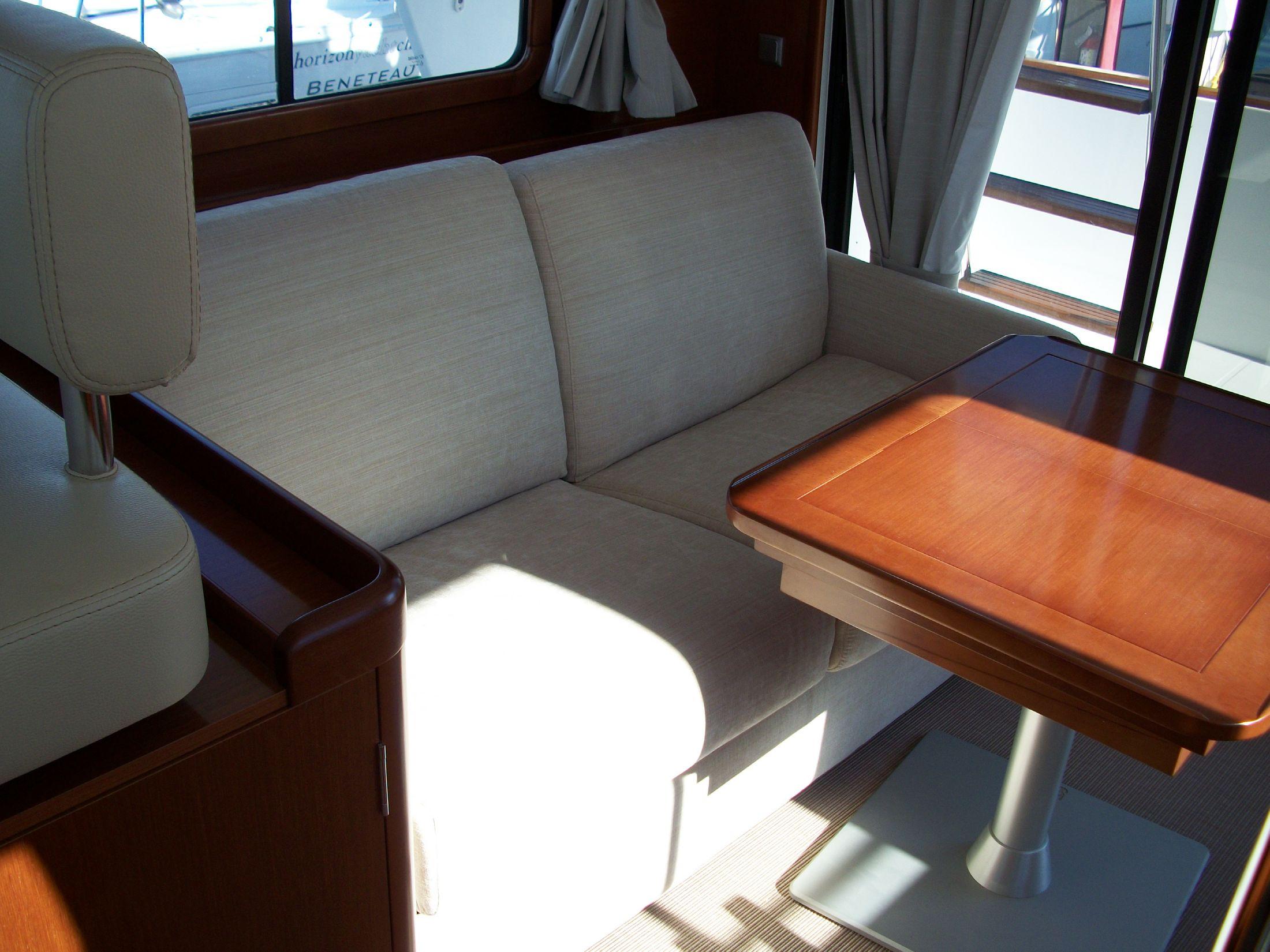Salon settee/bed stbd side