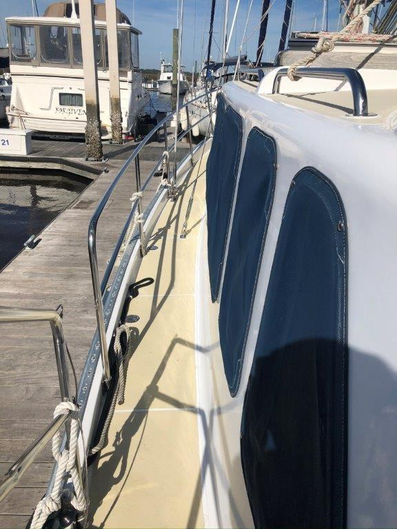Easy to navigate side deck with stainless steel rails