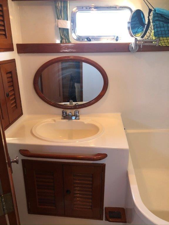 Aft head sink and vanity