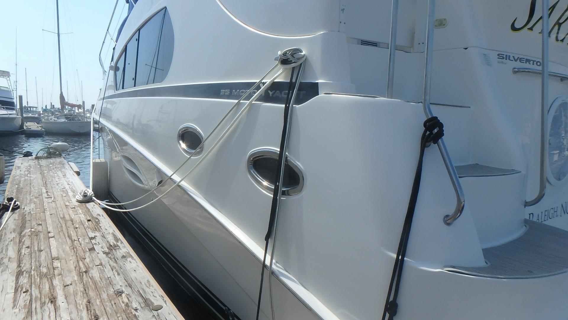Silverton 35 Motor Yacht - Port