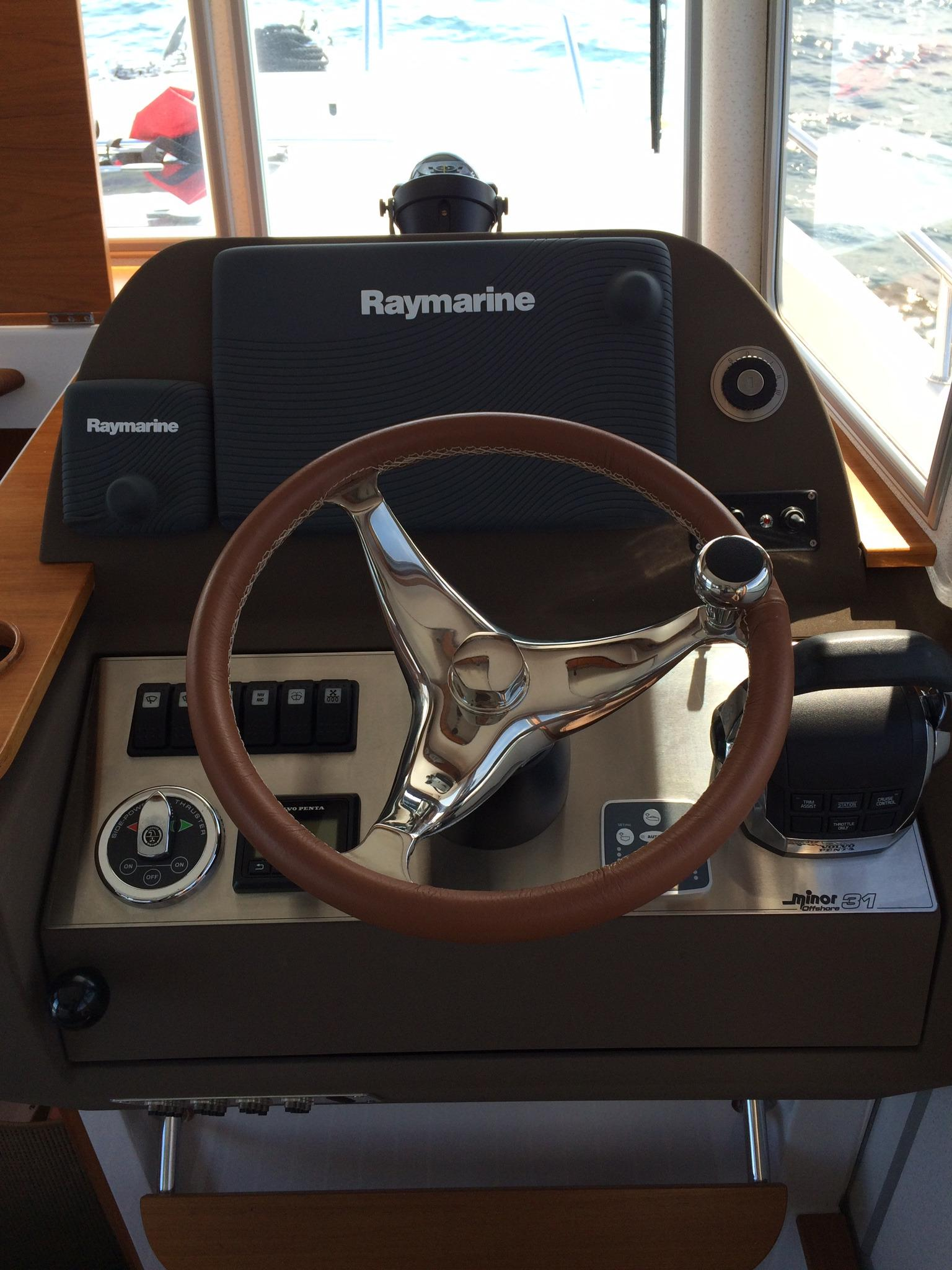 Minor Offshore 31 for sale - helm station