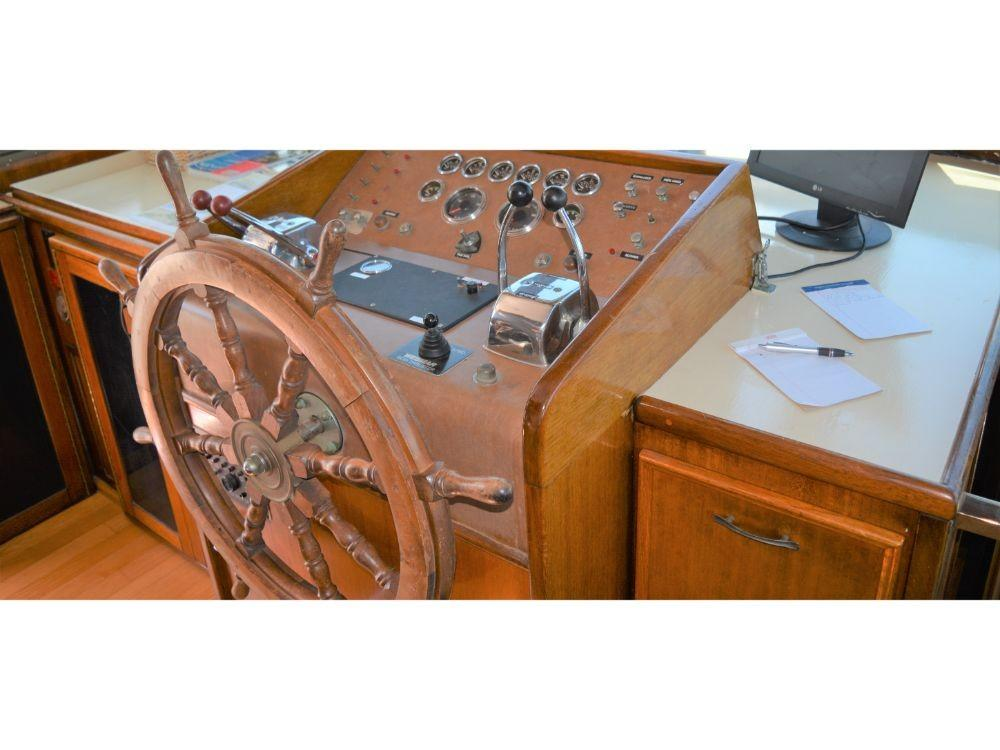Hatteras 58 Motor Yacht - Pilothouse Helm