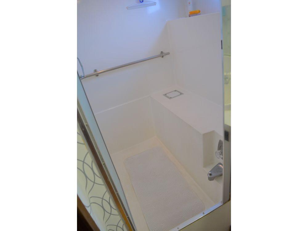 Hatteras 58 Motor Yacht - Master Head Bathtub