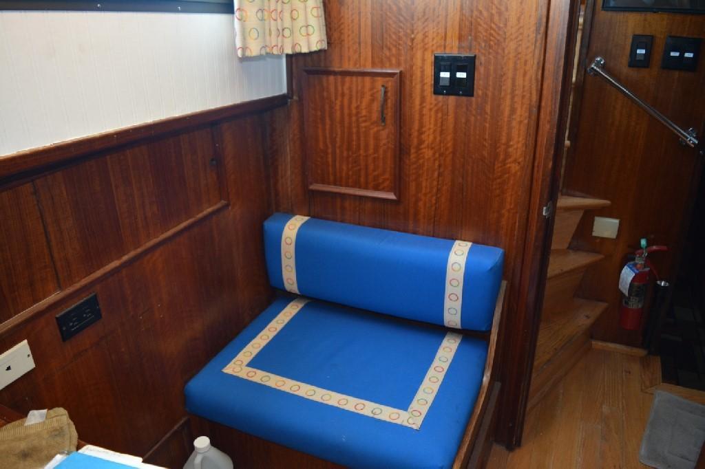 Hatteras 58 Motor Yacht - Landing Settee