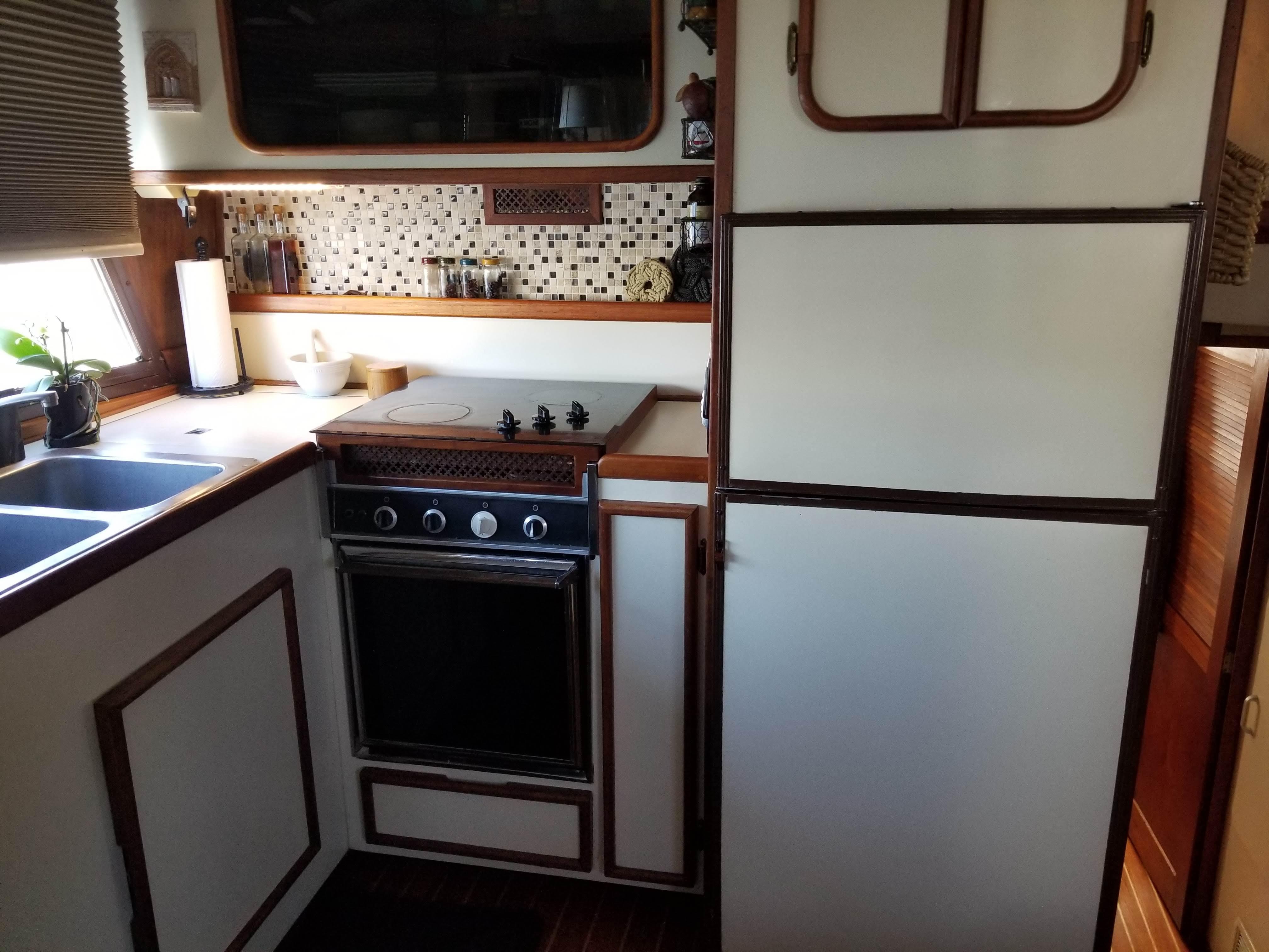 Prairie Boat Works 36 Dual Cabin - Galley/refrigerator-freezer