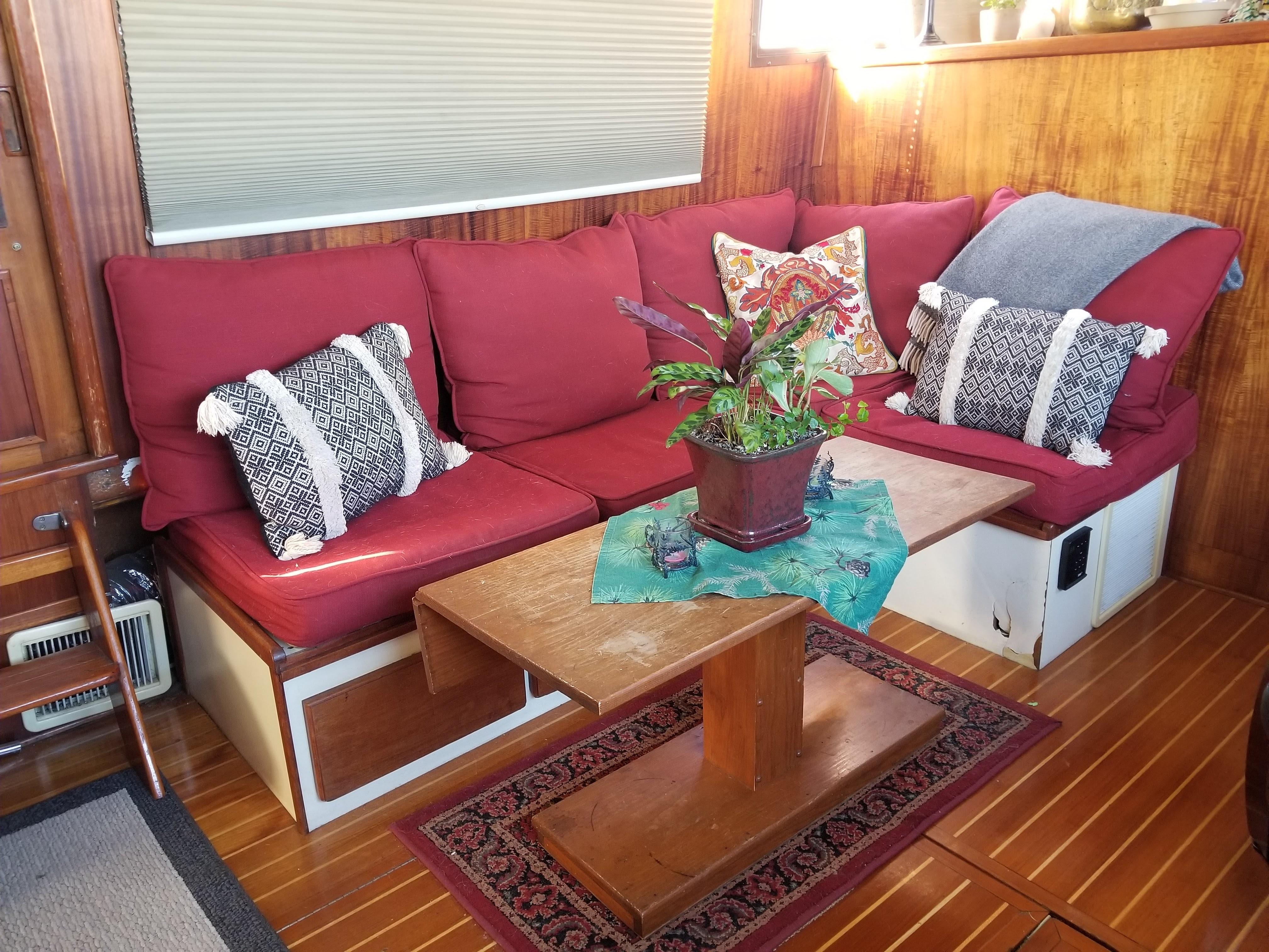 Prairie Boat Works 36 Dual Cabin - Salon seating to port