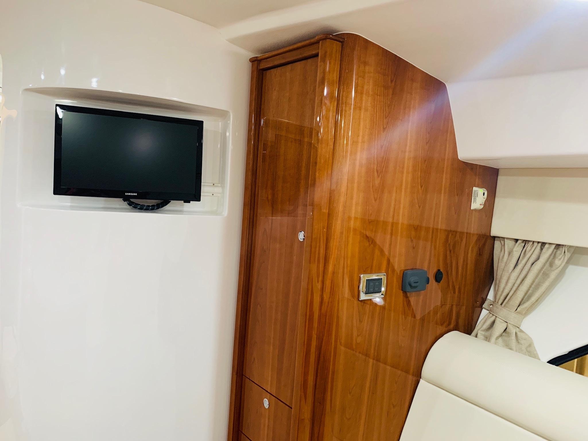 48 Intrepid Salon Tv & Hanging Locker