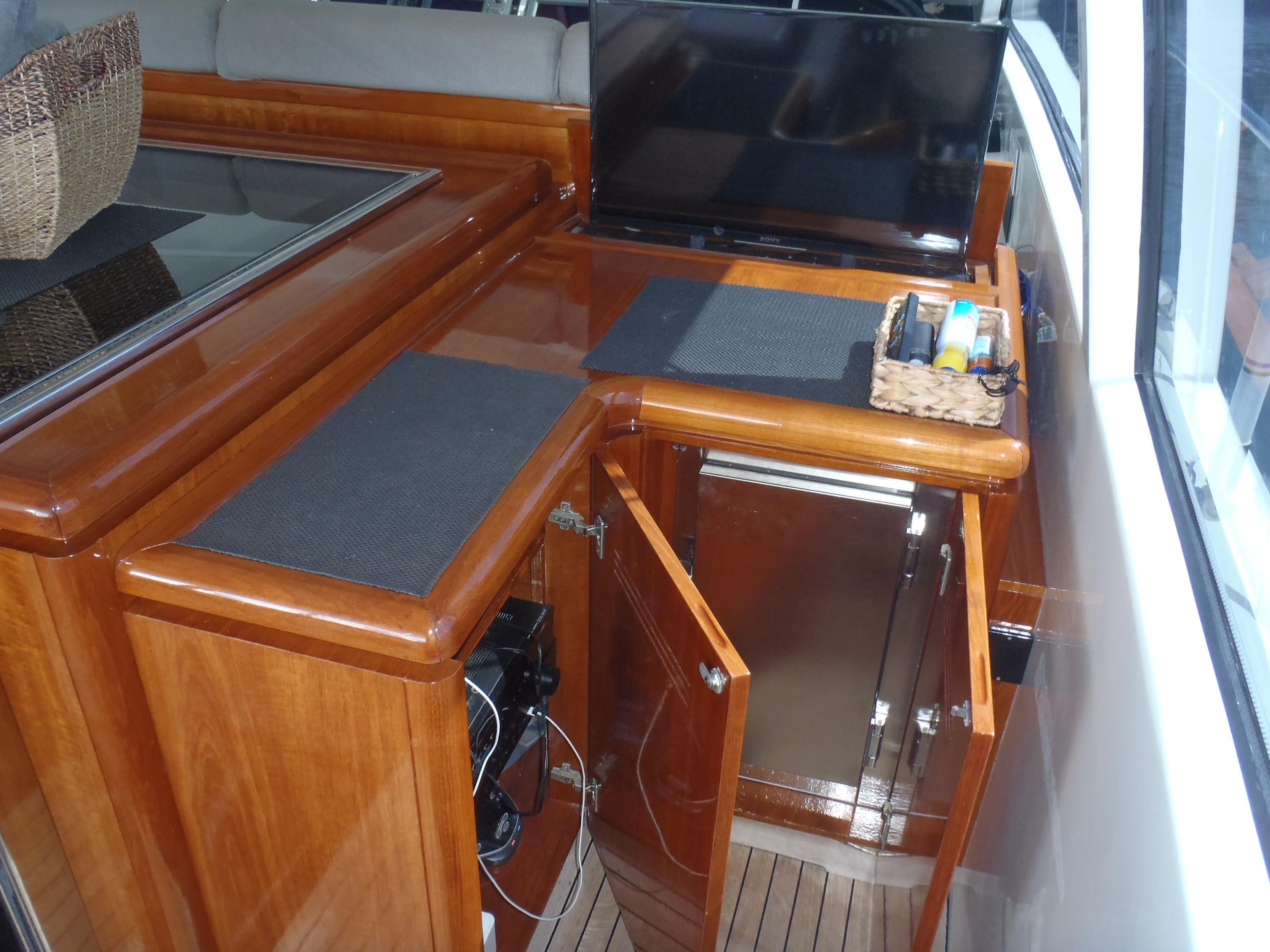 Cockpit entertainment ctr & refrigerator