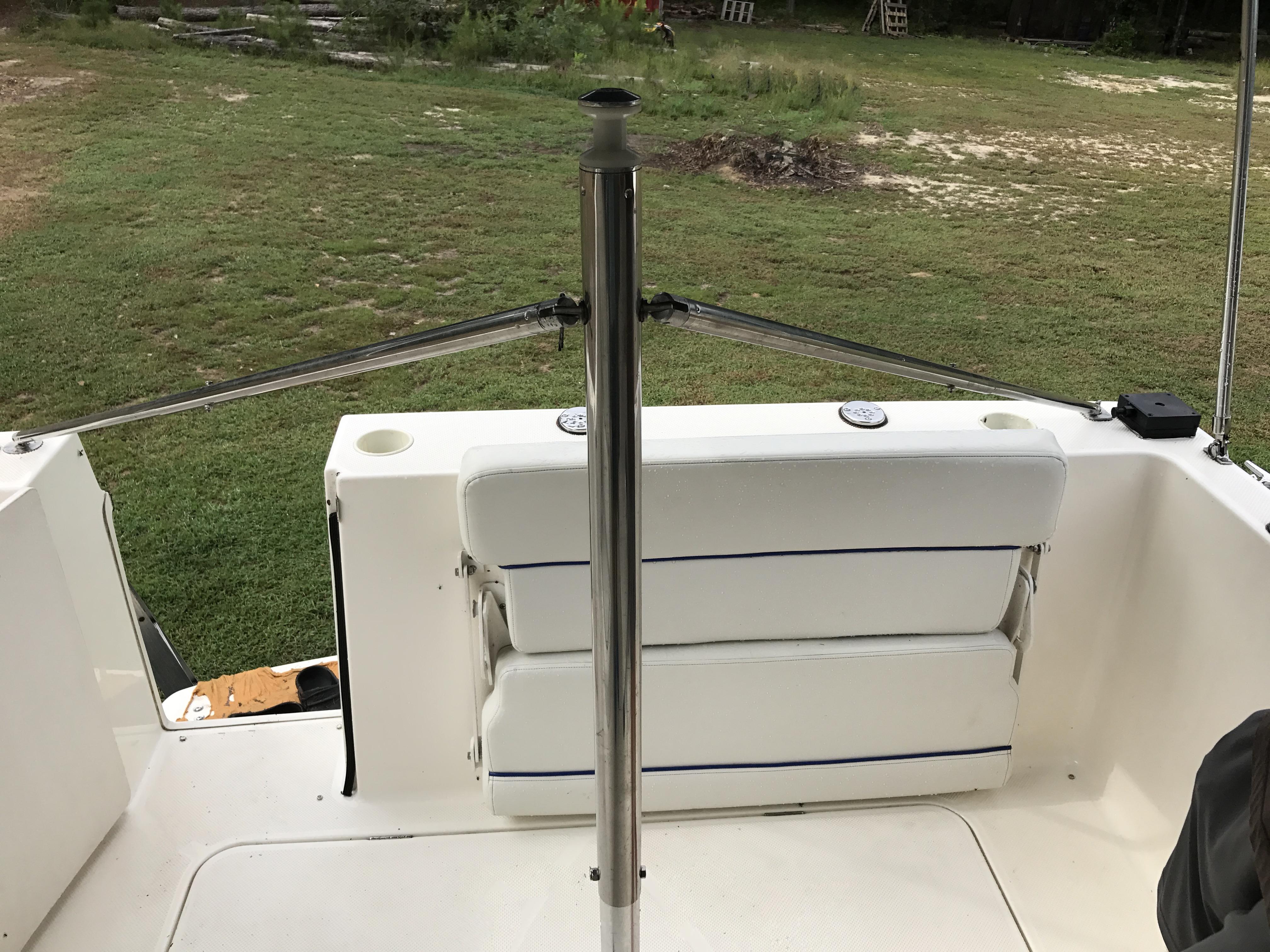Bayliner Discovery 246 EC - Includes custom ski/tube tow bar