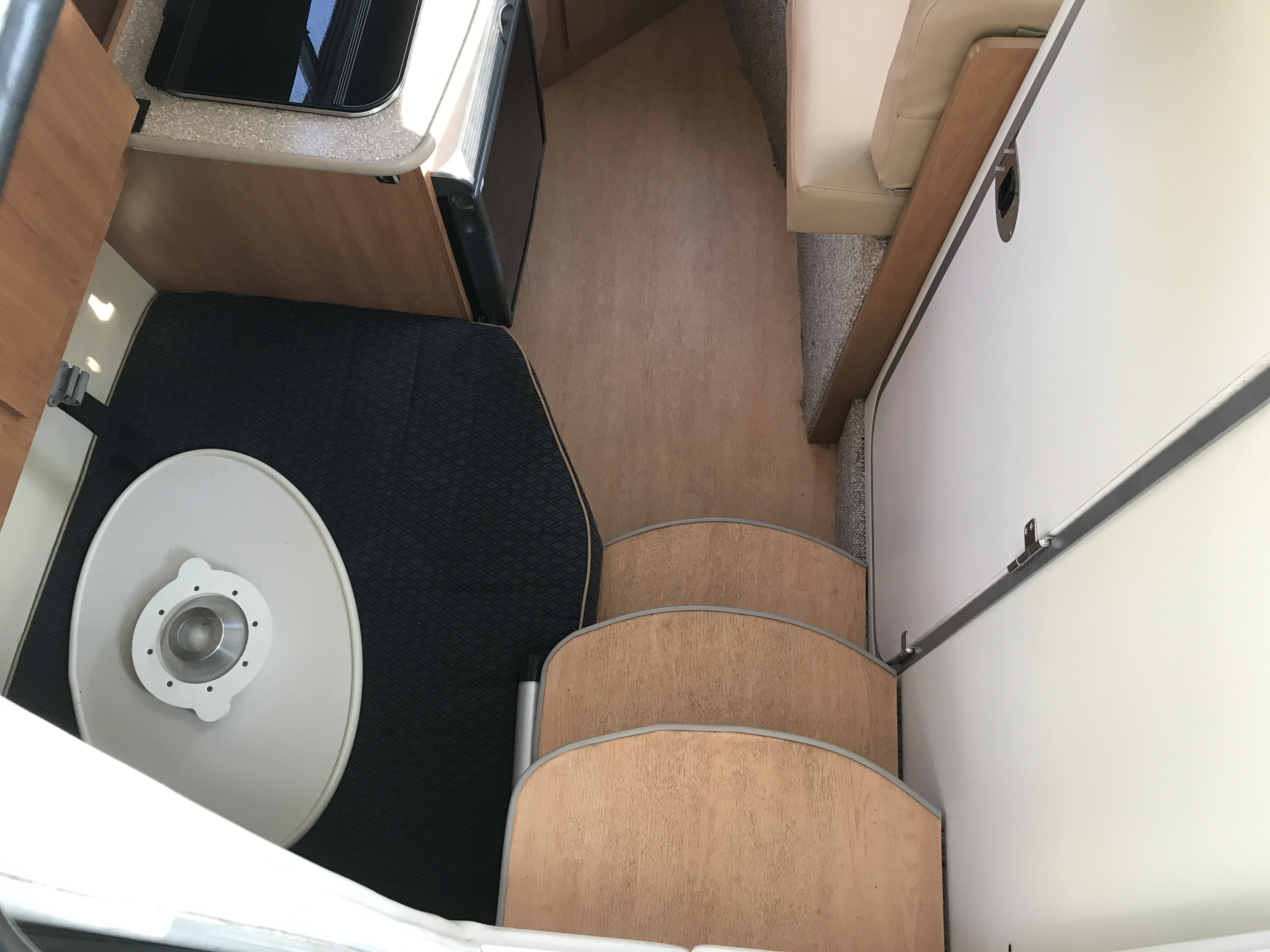 Bayliner Discovery 246 EC - Entering the cabin below deck