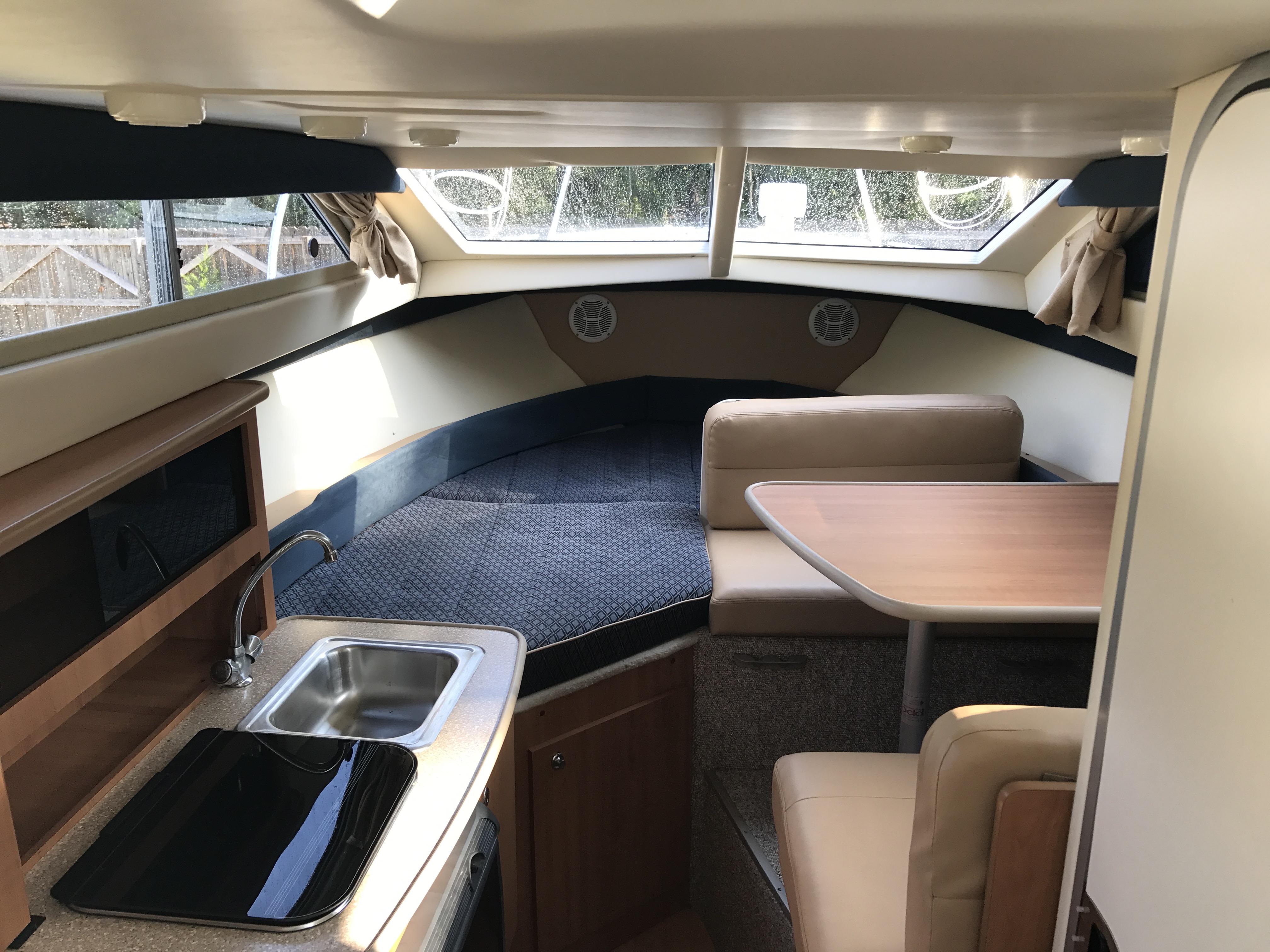 Bayliner Discovery 246 EC - Bayliner 246 Discovery EC interior cabin
