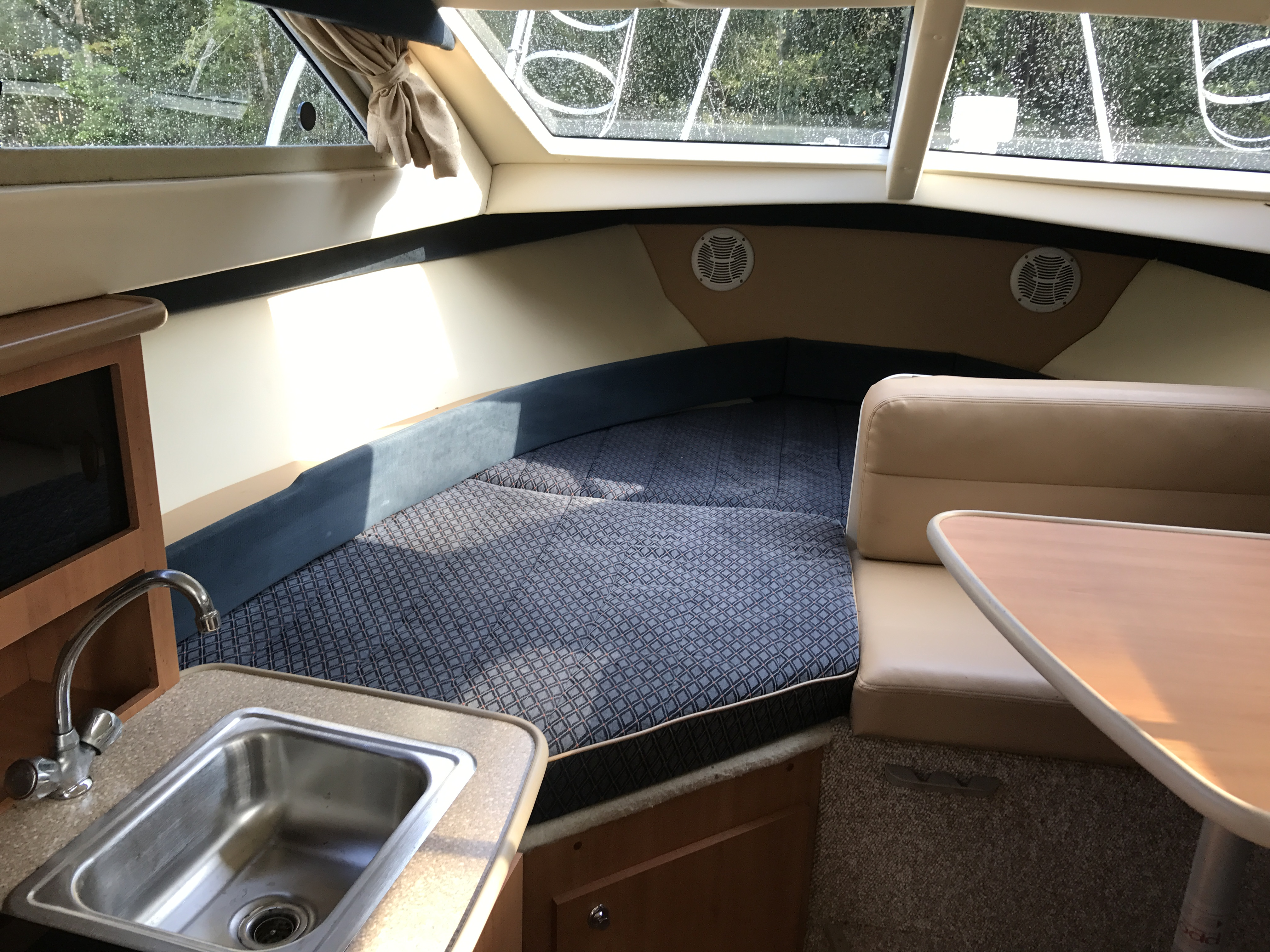 Bayliner Discovery 246 EC - Lots of windows and sunlight below deck