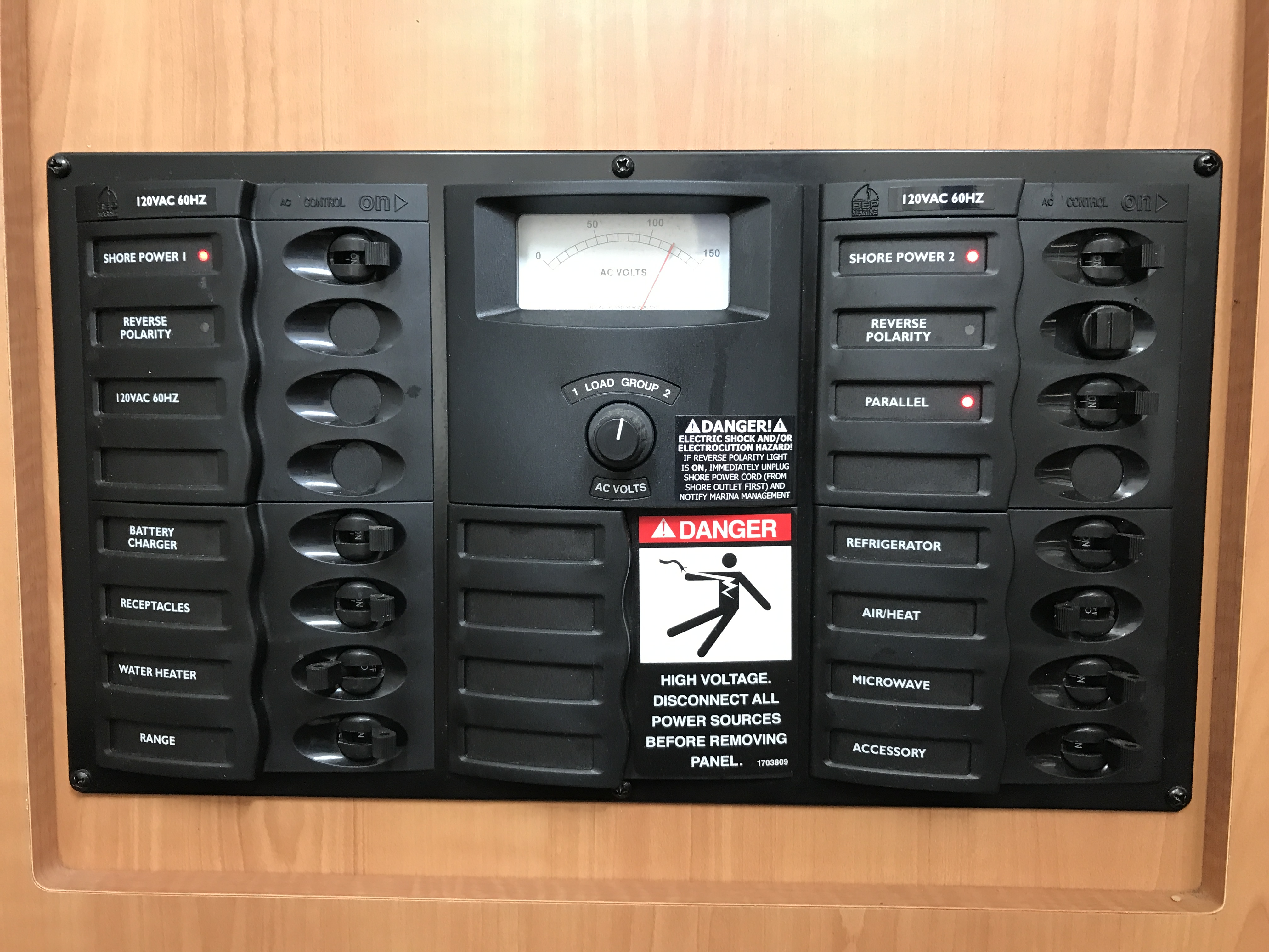 Bayliner Discovery 246 EC - electrical panel in easy reach and view