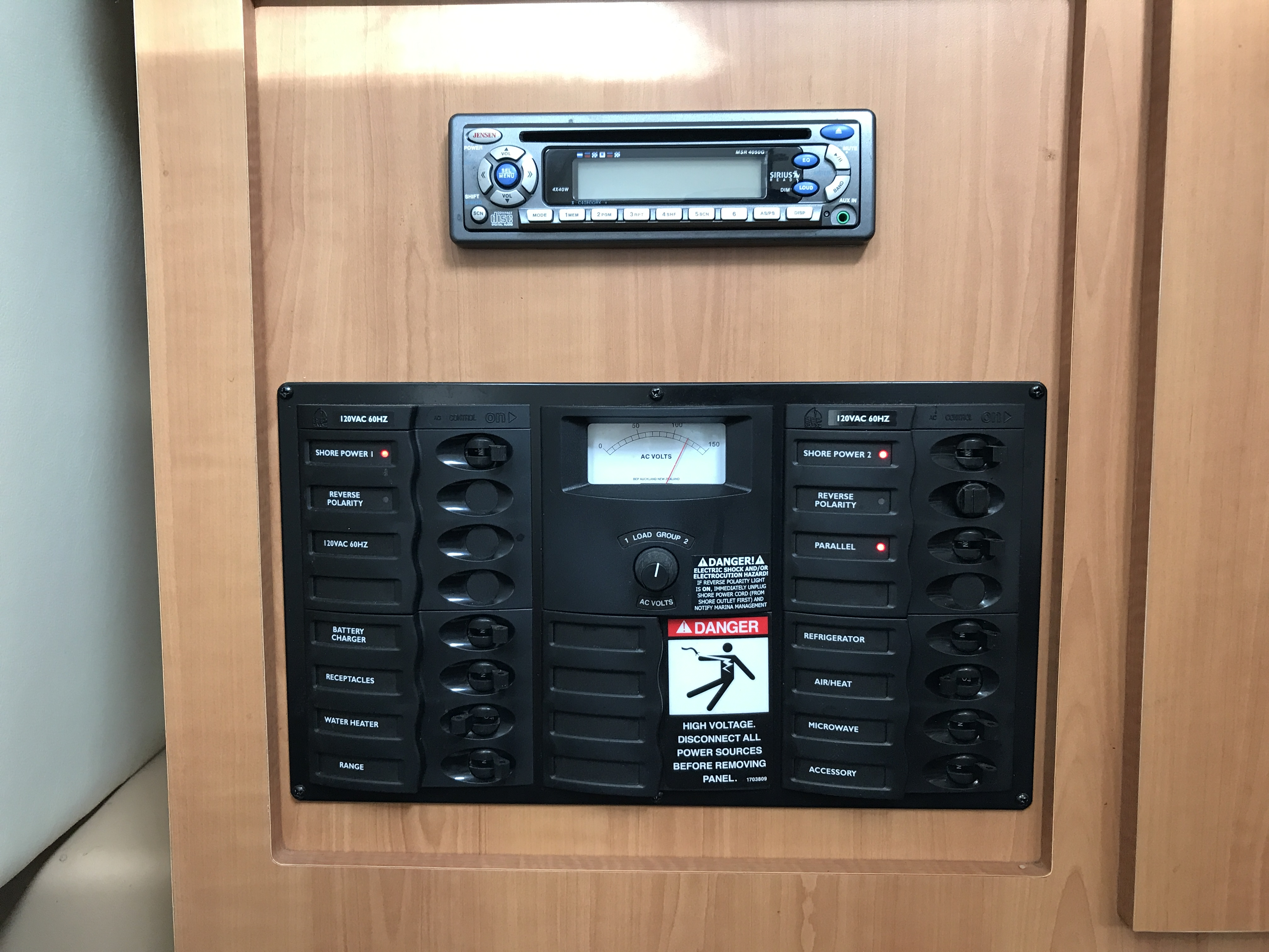 Bayliner Discovery 246 EC - electrical panel and stereo