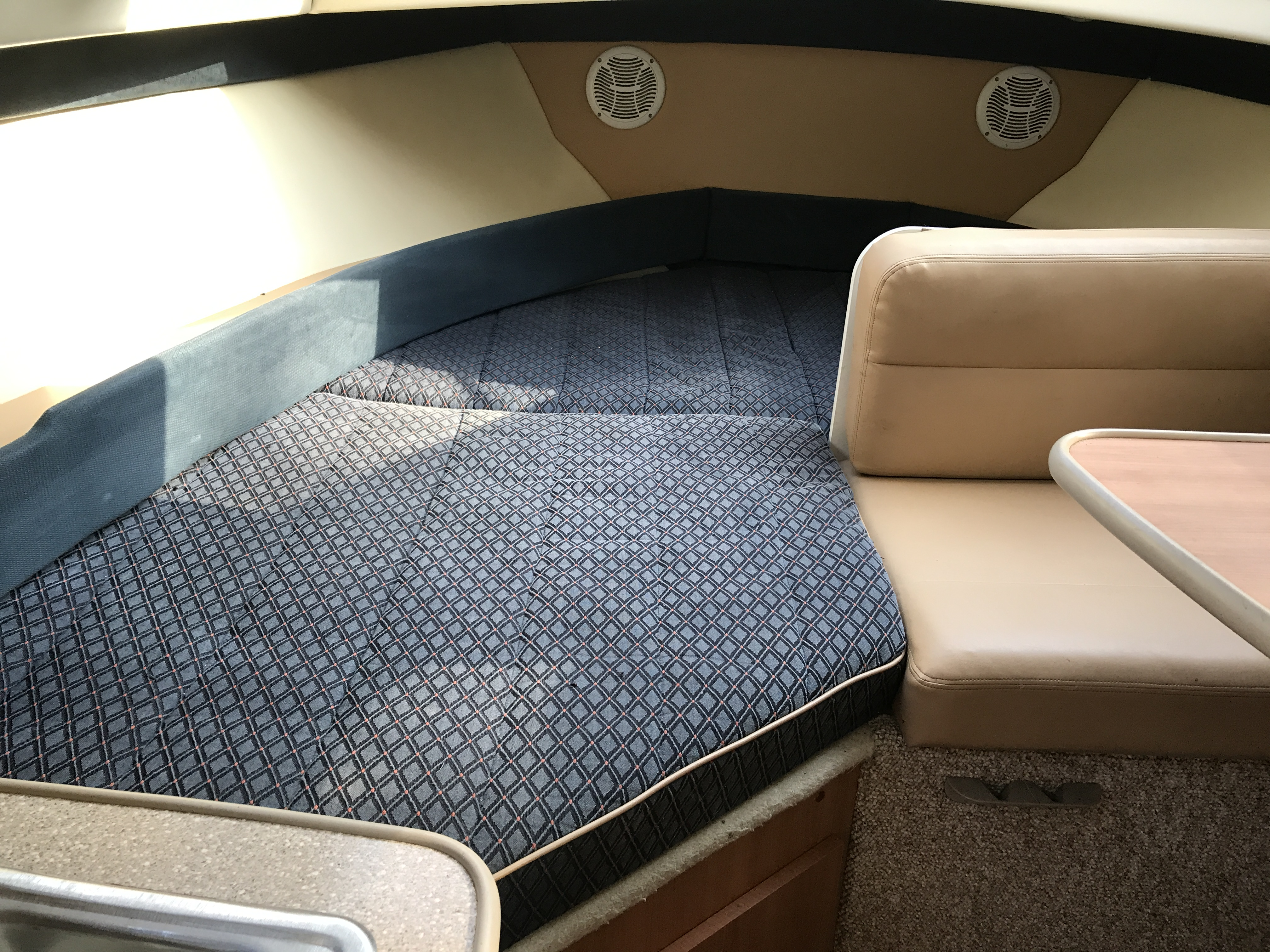 Bayliner Discovery 246 EC - like new cushions throughout