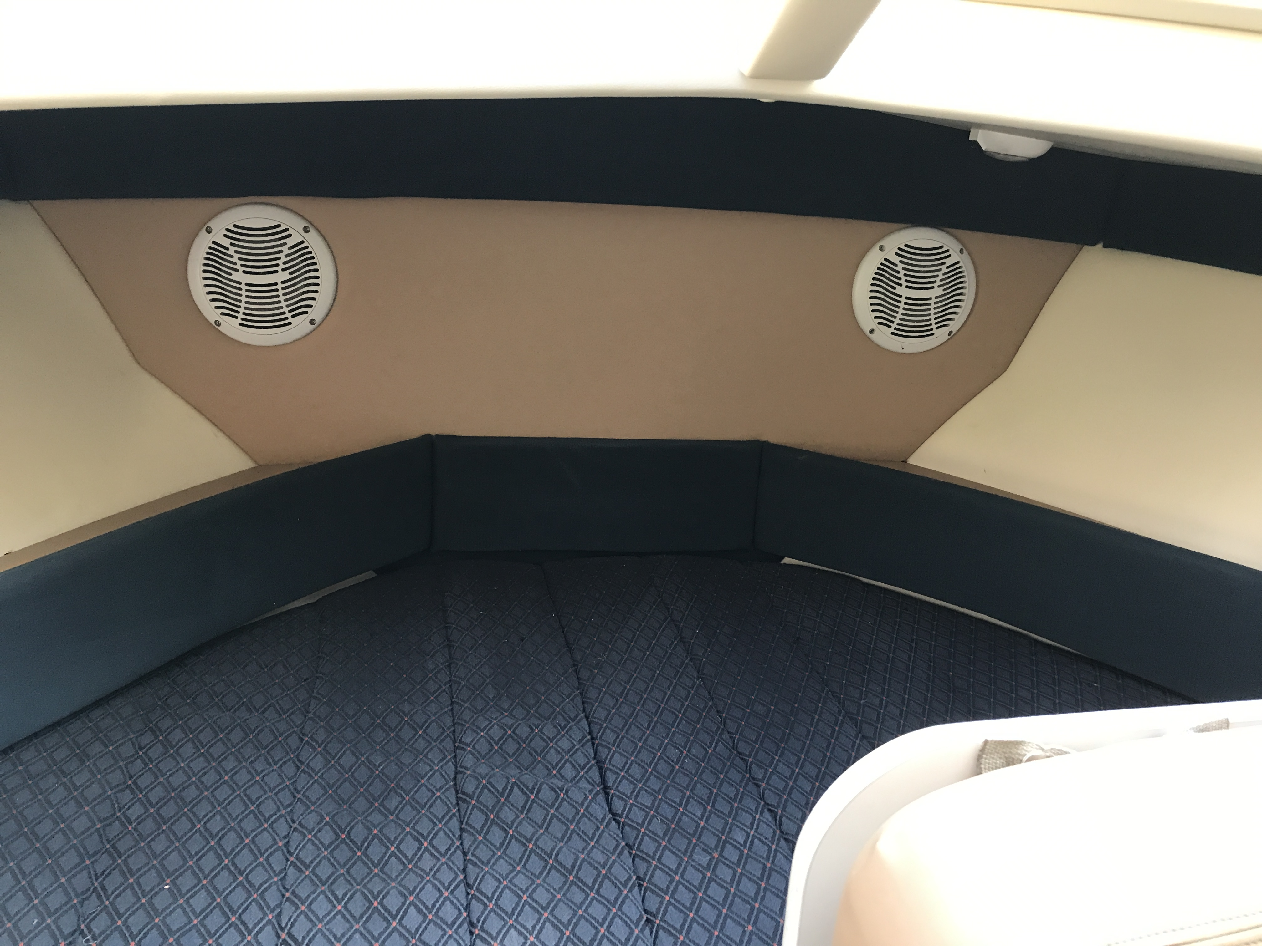 Bayliner Discovery 246 EC - wide berth and speakers