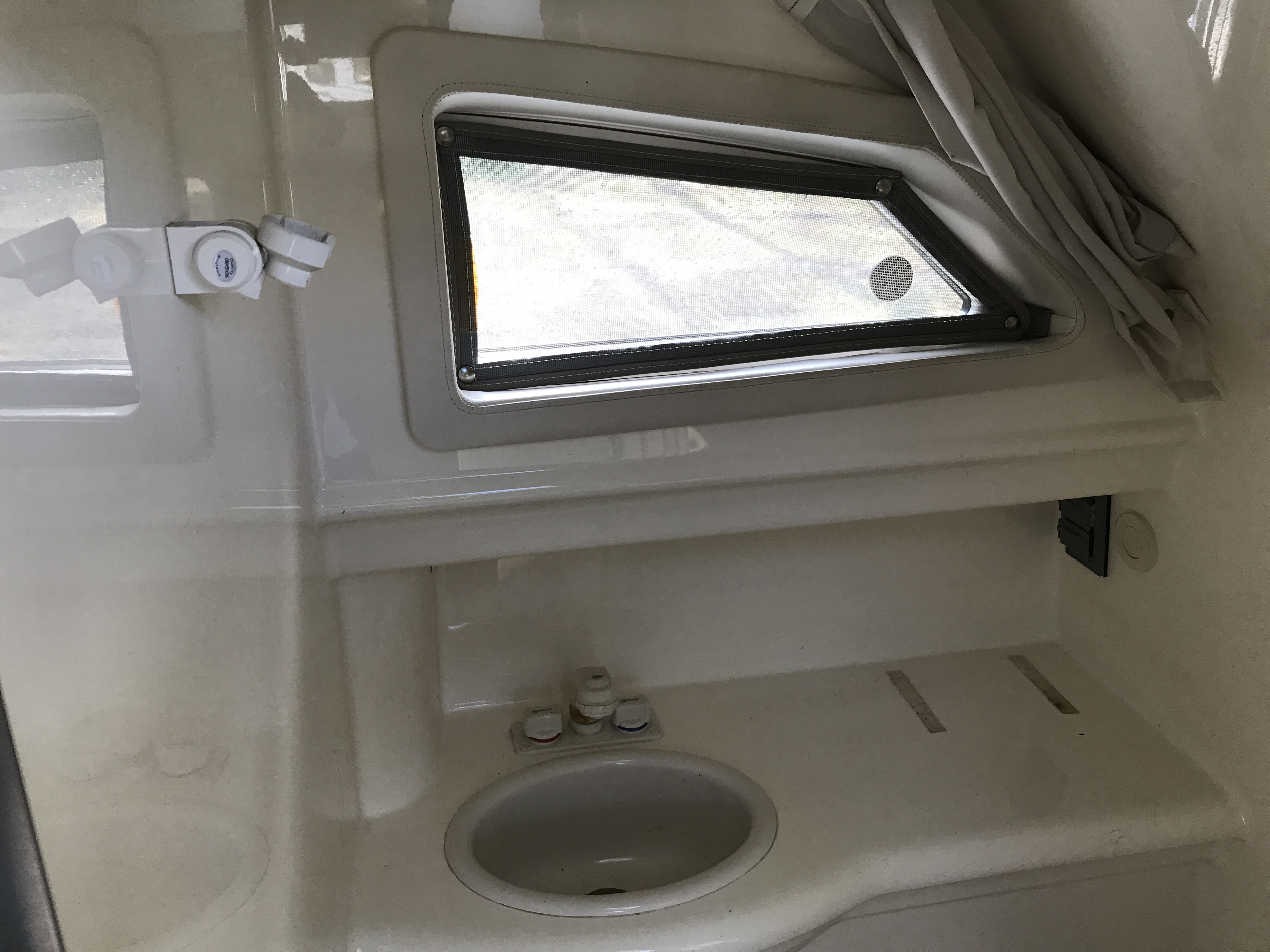 Bayliner Discovery 246 EC - head with port light