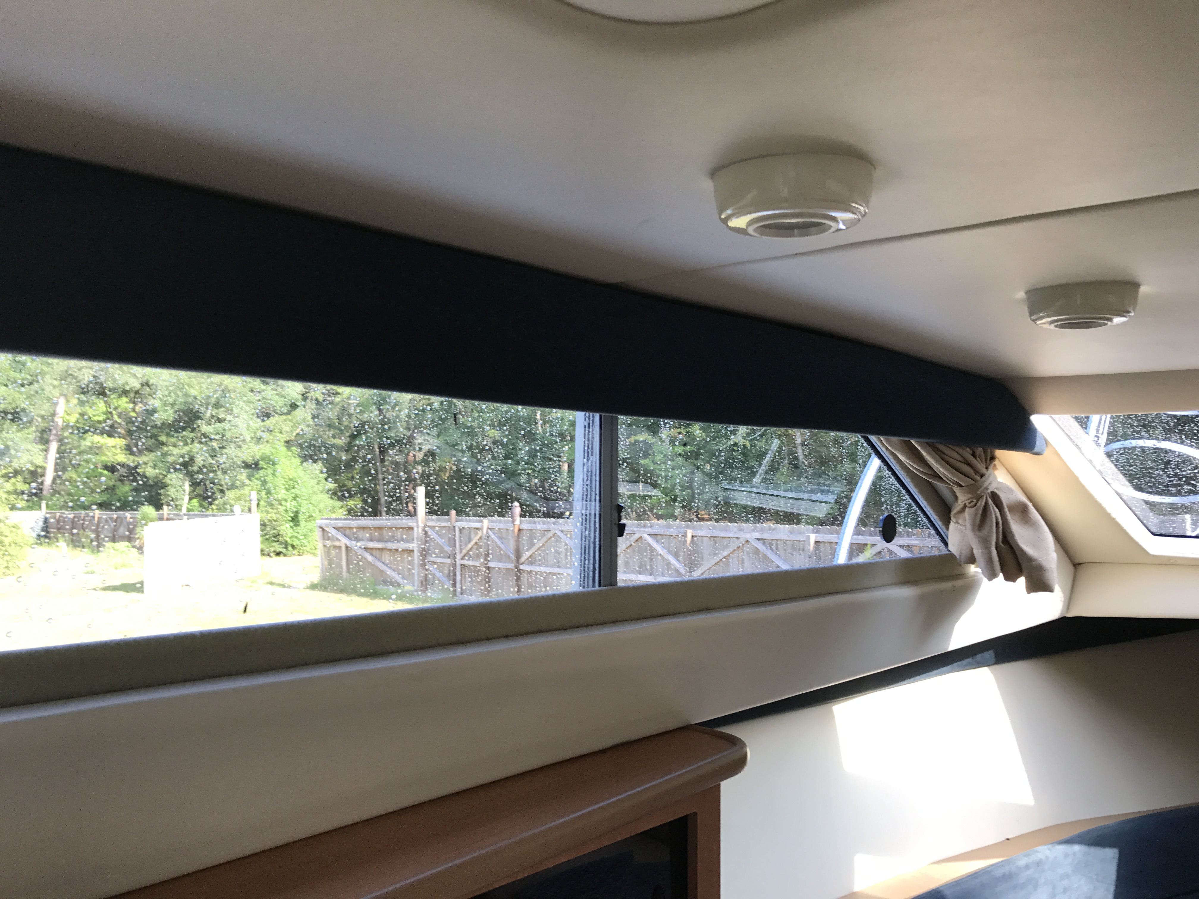 Bayliner Discovery 246 EC - lots of ventilation and light in the cabin