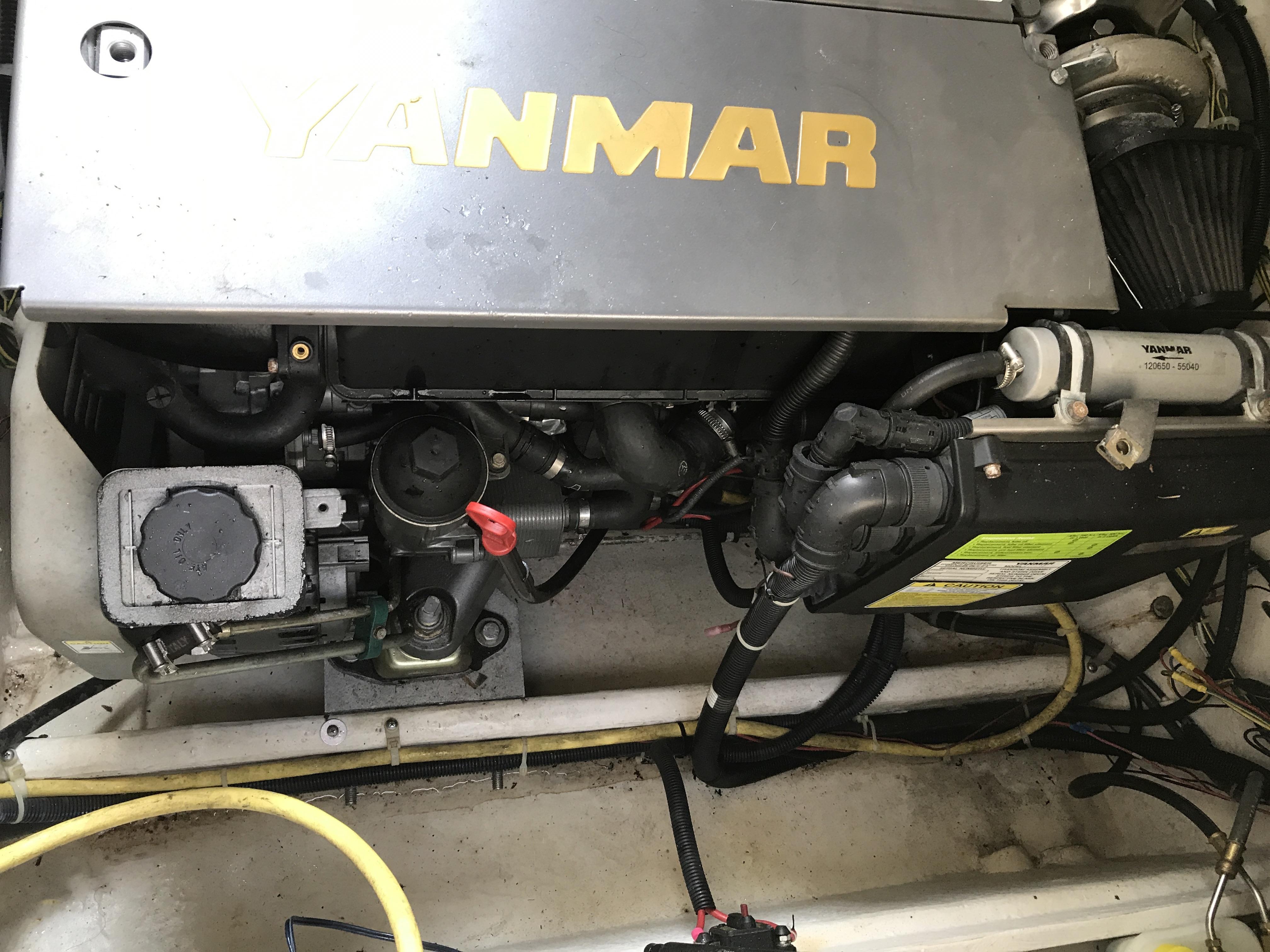 Bayliner Discovery 246 EC - Yanmar diesel and engine bay