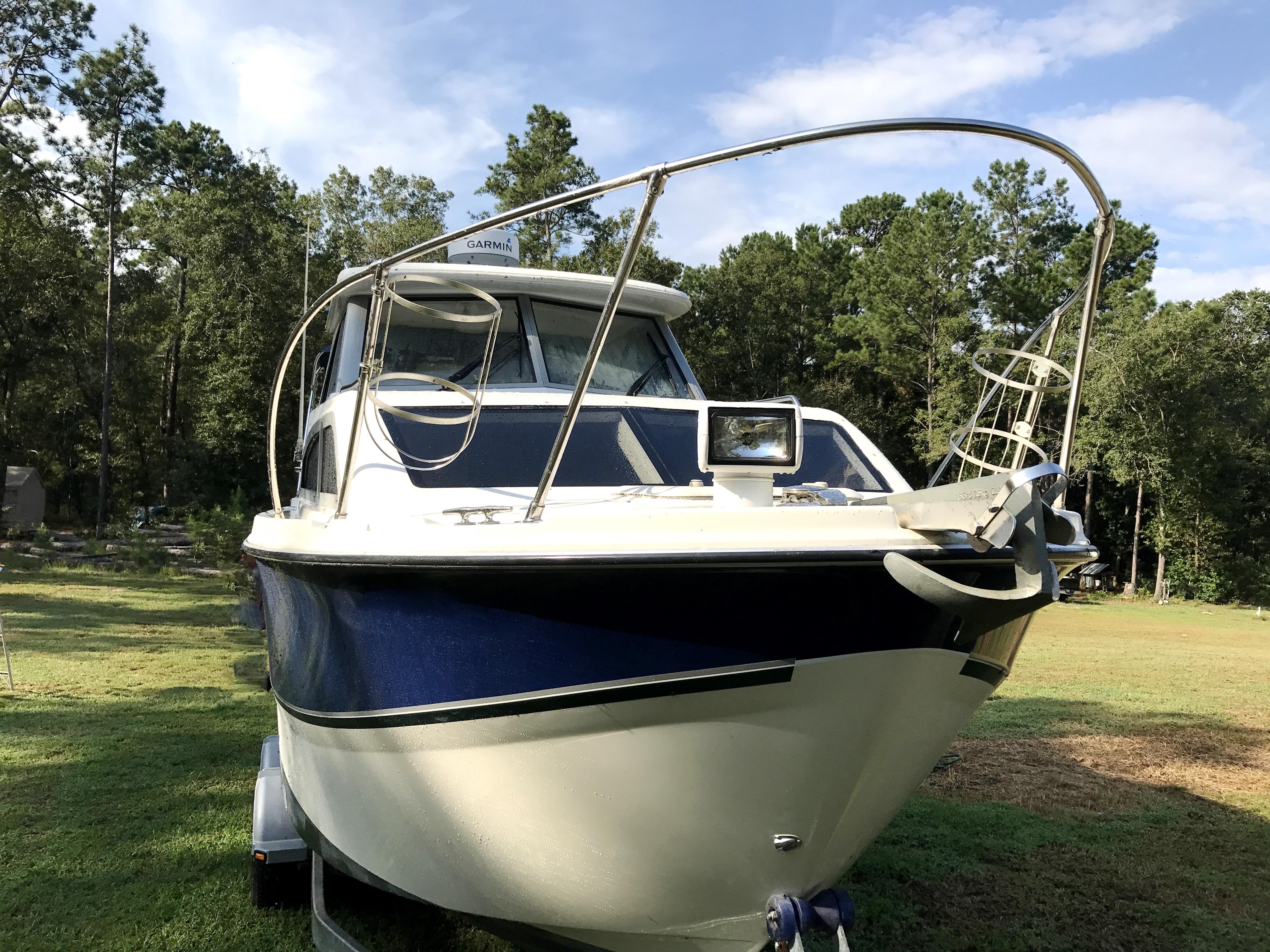Bayliner Discovery 246 EC - bow rails, spot light, anchor, fender holders