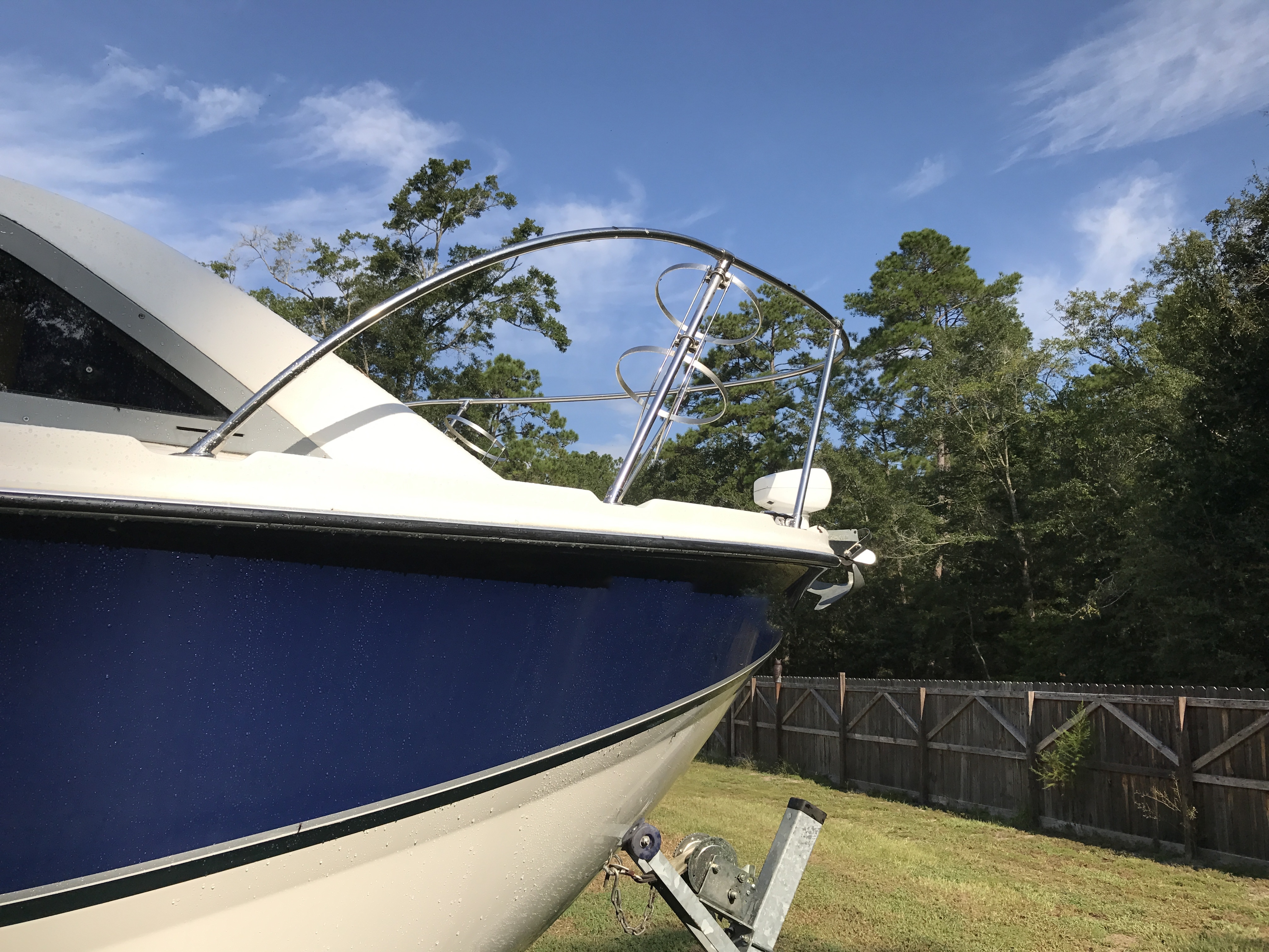 Bayliner Discovery 246 EC - starboard bow