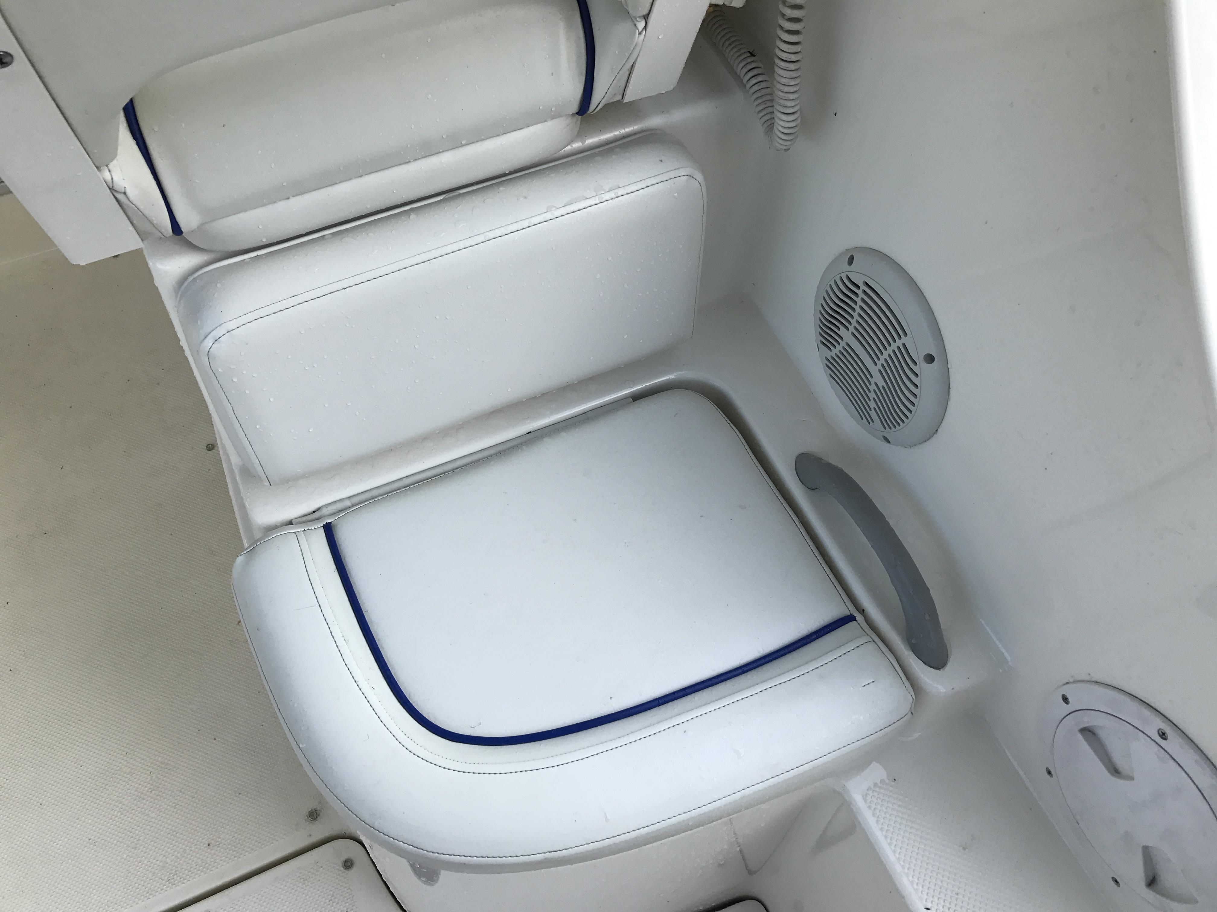Bayliner Discovery 246 EC - starboard cockpit seat