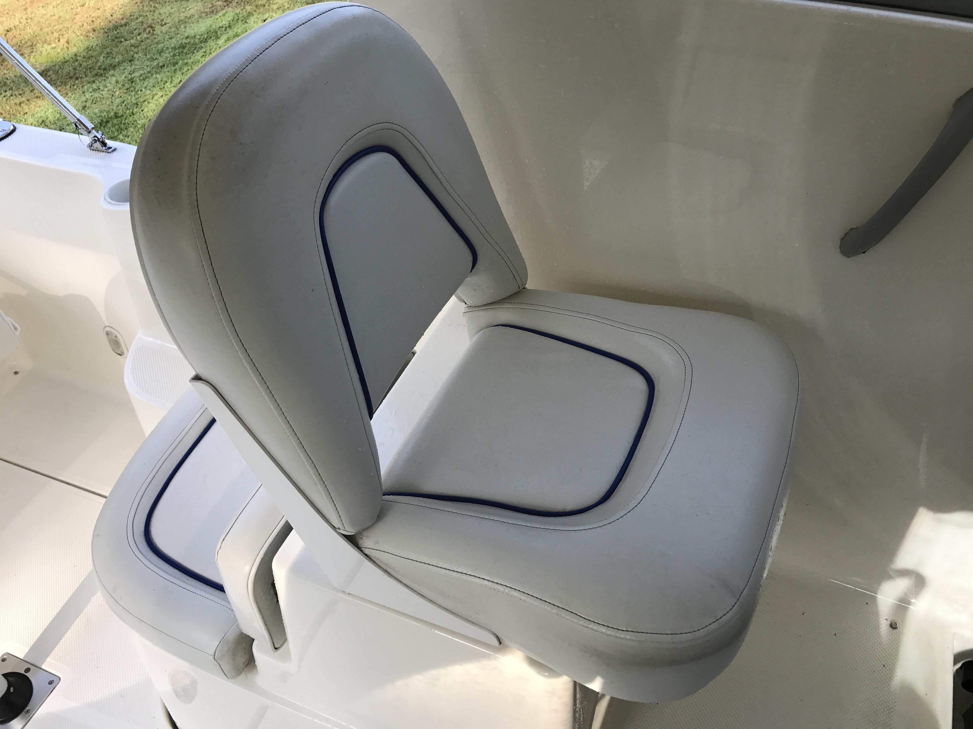 Bayliner Discovery 246 EC - port helm seating