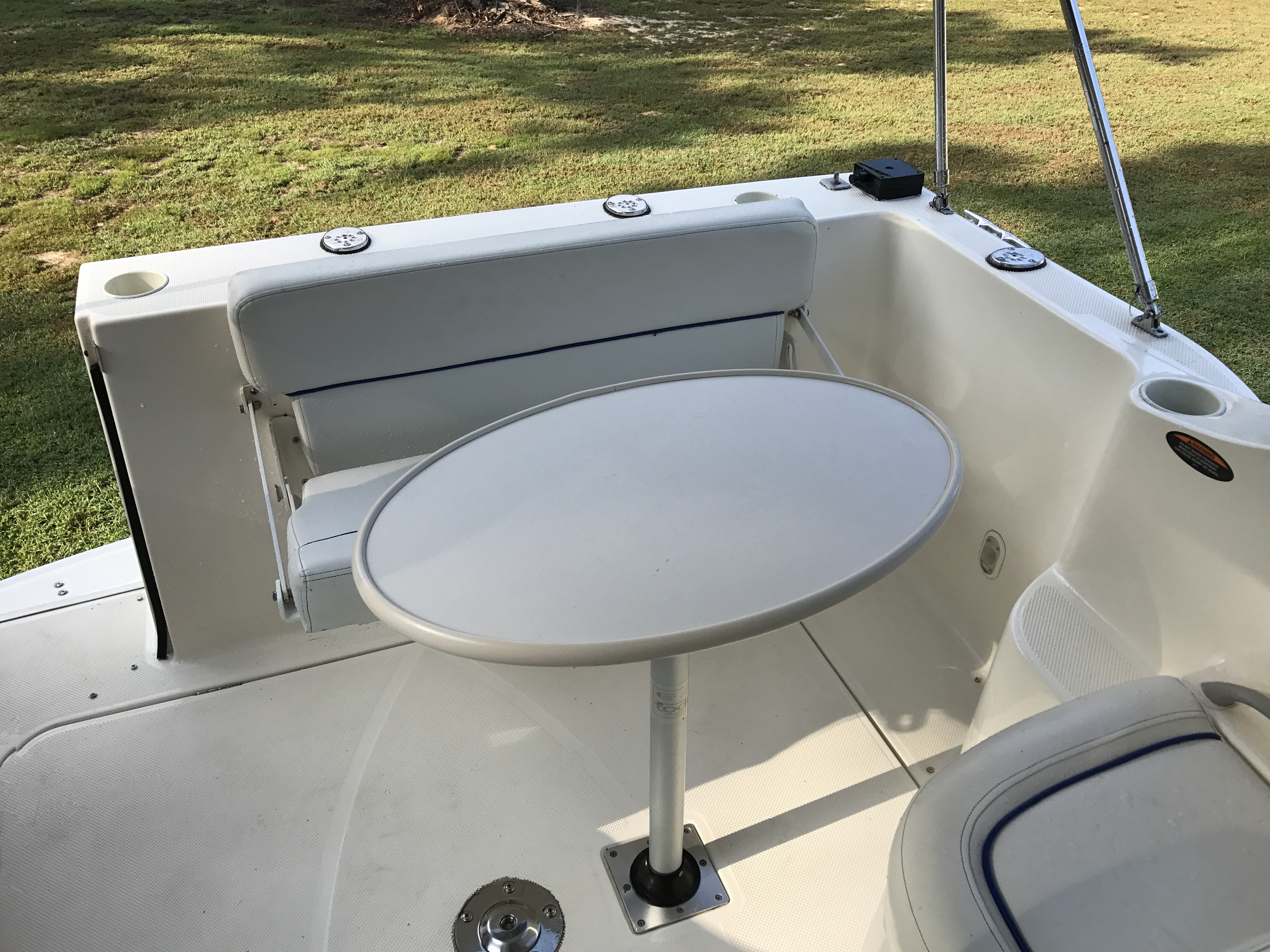 Bayliner Discovery 246 EC - cockpit table and folding bench seat
