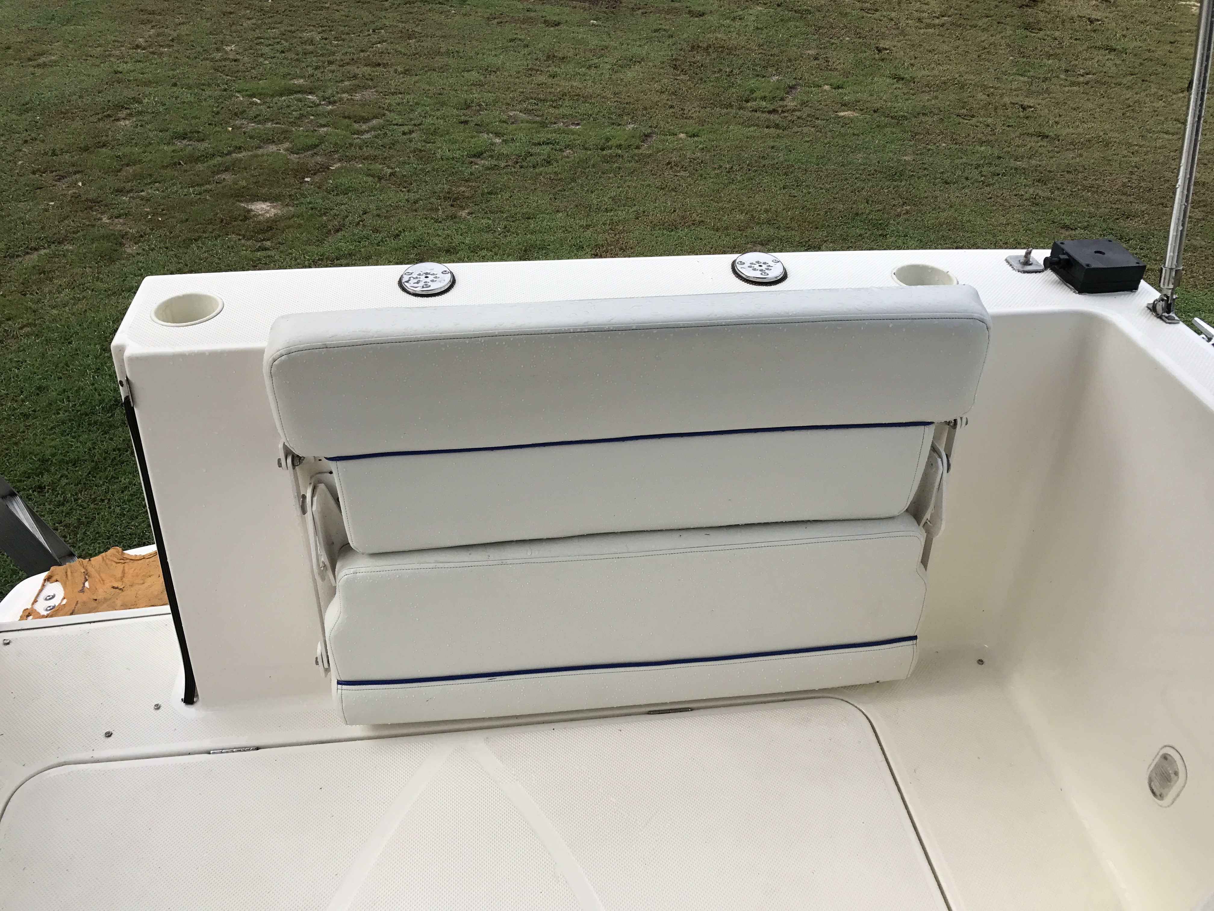 Bayliner Discovery 246 EC - stern bench seat folded away