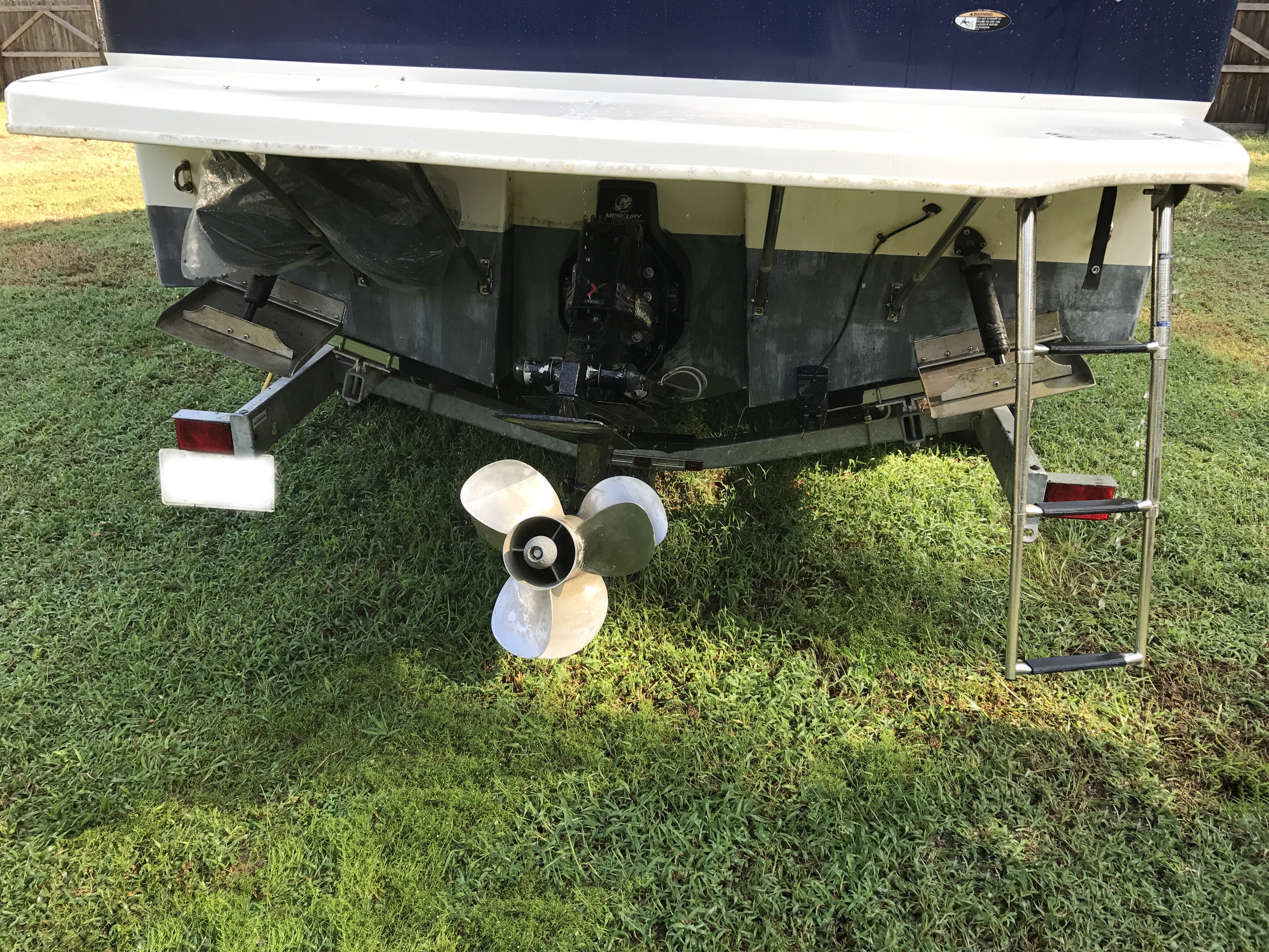 Bayliner Discovery 246 EC - stern trim tabs and Bravo Three duo prop