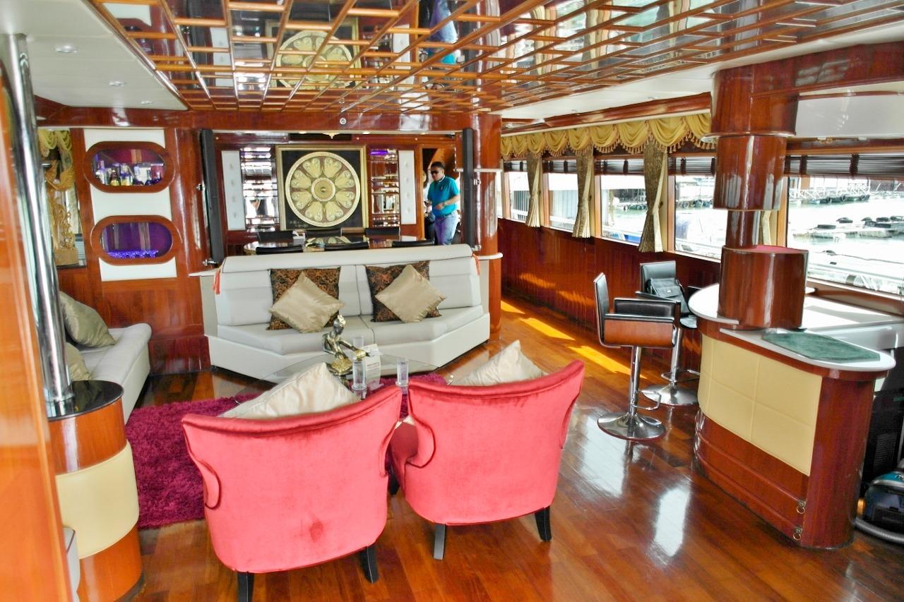 Saloon 2, bar on starboard side