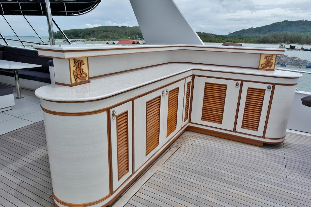 Flybridge Second bar with builtin BBQ