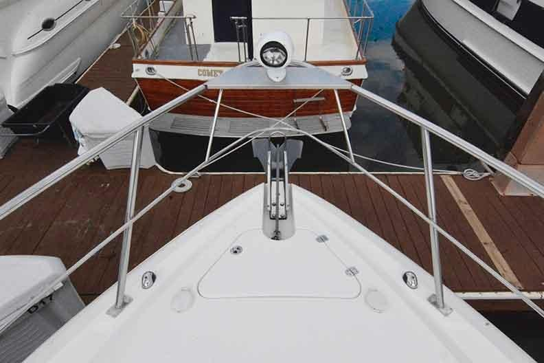 Cruisers Yachts 500 Express - Bow with flush mounted windlass and remote spotlight