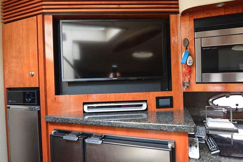 Cruisers Yachts 500 Express - Flatscreen TV