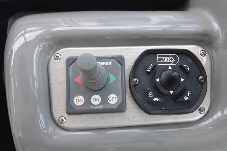 Cruisers Yachts 500 Express - Bow Thruster/Remote Spotlight Control