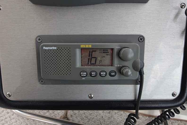 Cruisers Yachts 500 Express - VHF Radio
