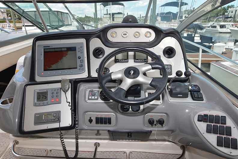 Cruisers Yachts 500 Express - Ergonomic Helm