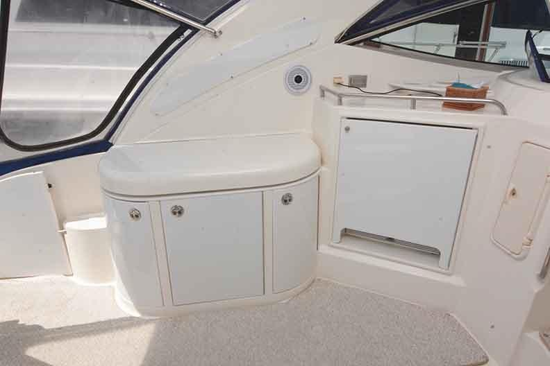 Cruisers Yachts 500 Express - Wet bar with Electric Grill