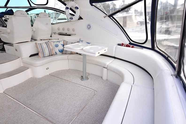 Cruisers Yachts 500 Express - Lounge with flip over table top