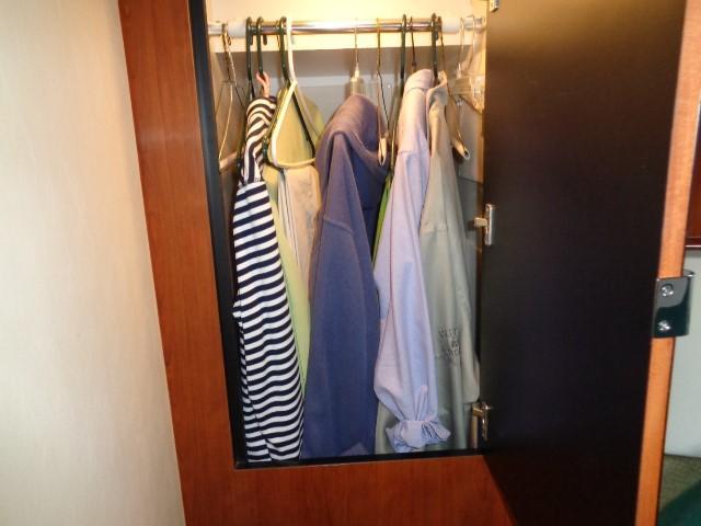 Sea Ray 40 Sundancer - Master hanging closet
