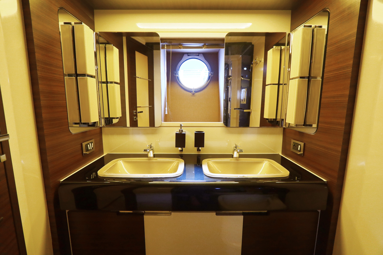Azimut 72S - Master Bathroom