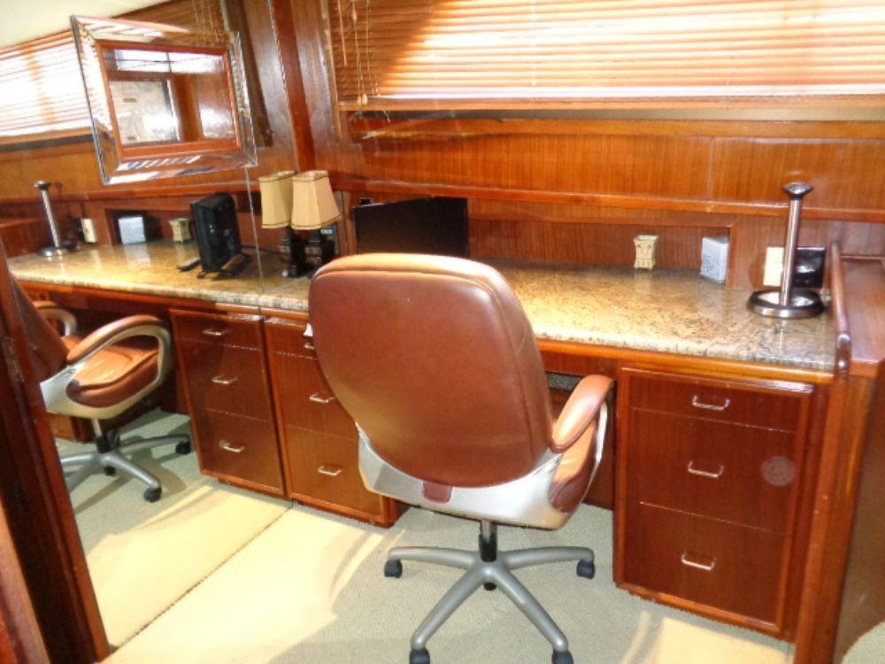 Hatteras 61 Motor Yacht - Office, spacious, loads of storage
