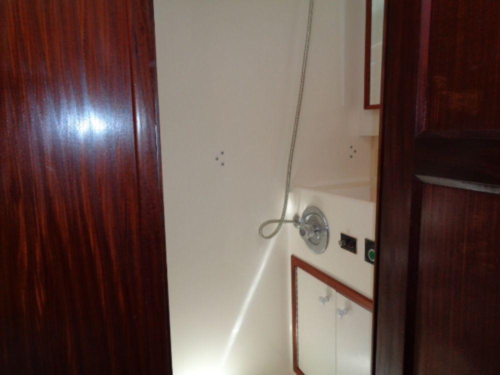 Hatteras 61 Motor Yacht - Head