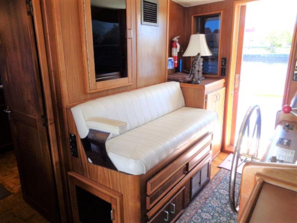 Hatteras 61 Motor Yacht - Pilothouse Seating