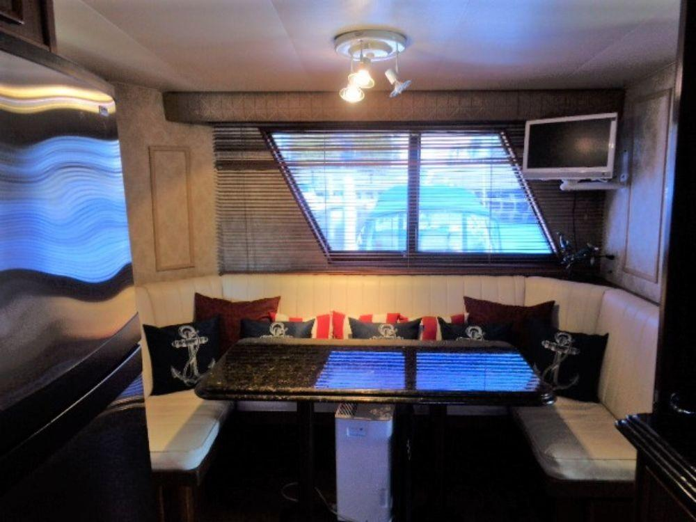 Hatteras 61 Motor Yacht - Dinette 2