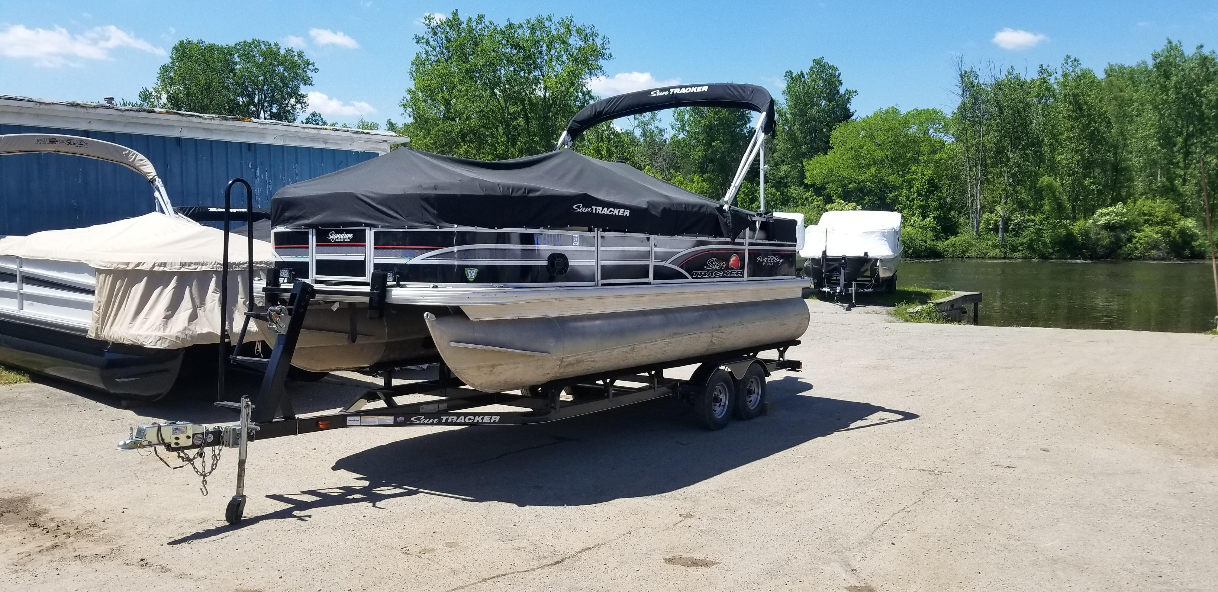 Sun TrackerParty Barge 22 DLX