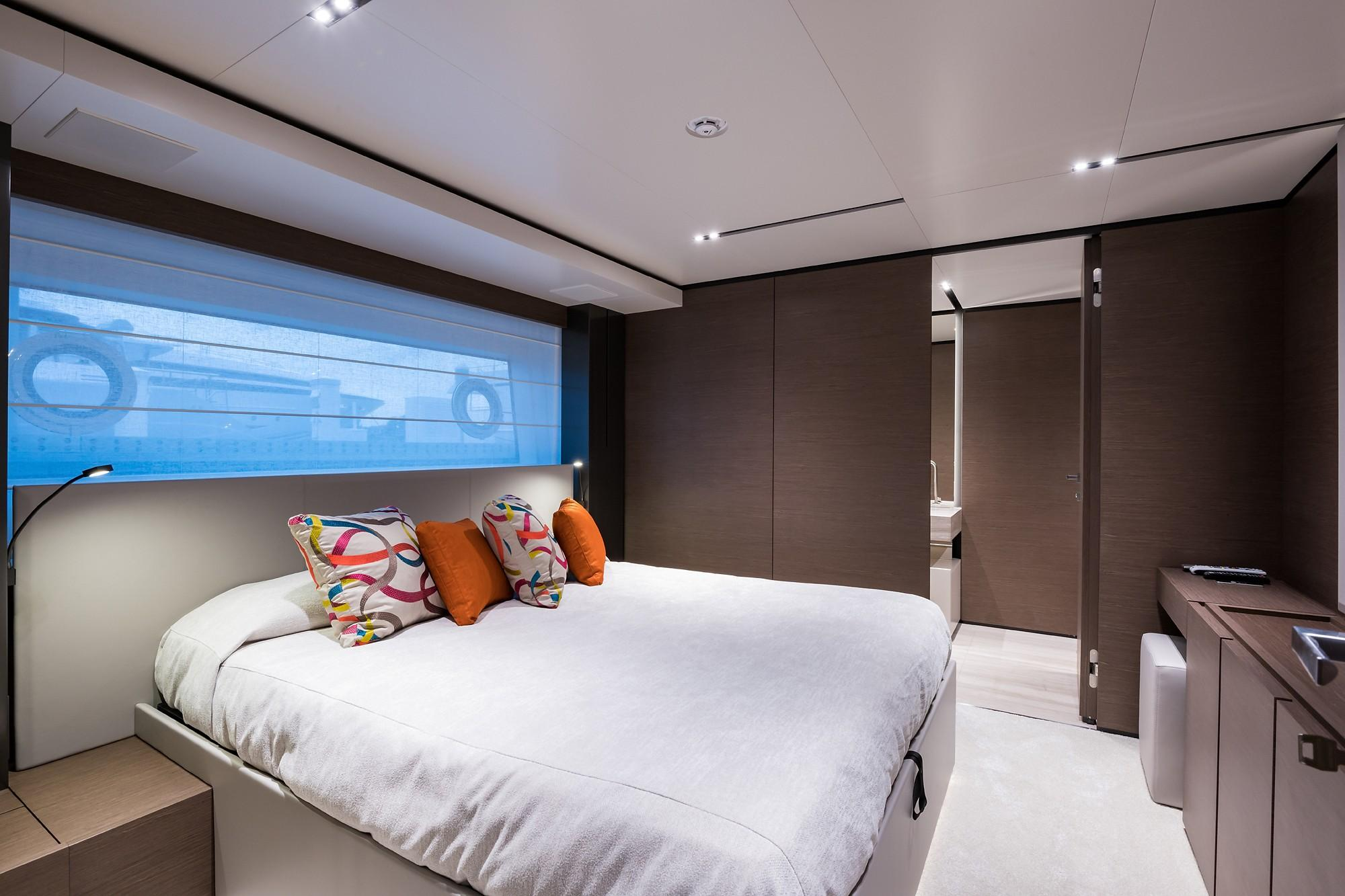 2018 Custom Line Navetta 33 M - Fwd Port Guest Cabin