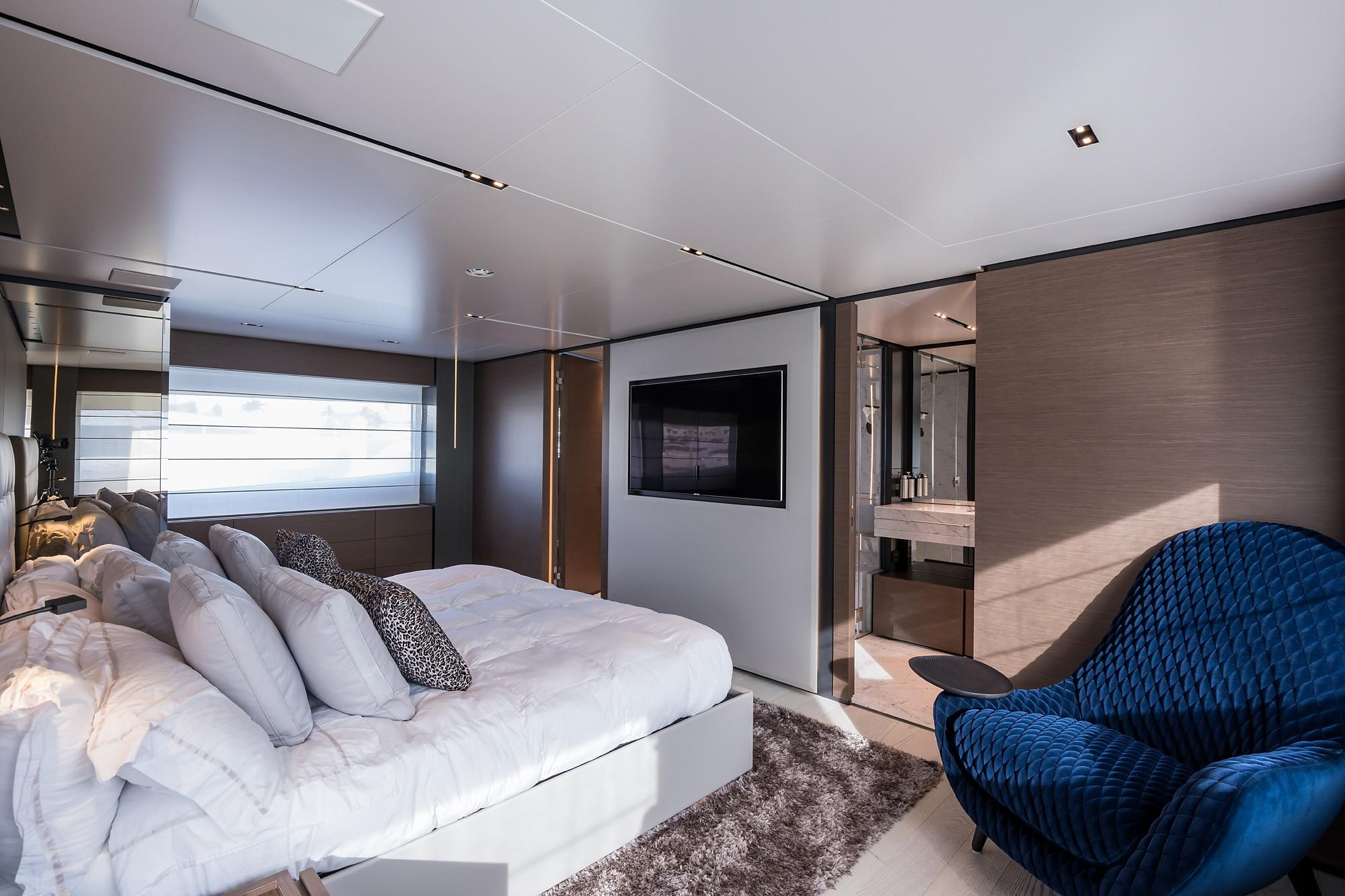 2018 Custom Line Navetta 33 M - Master Cabin